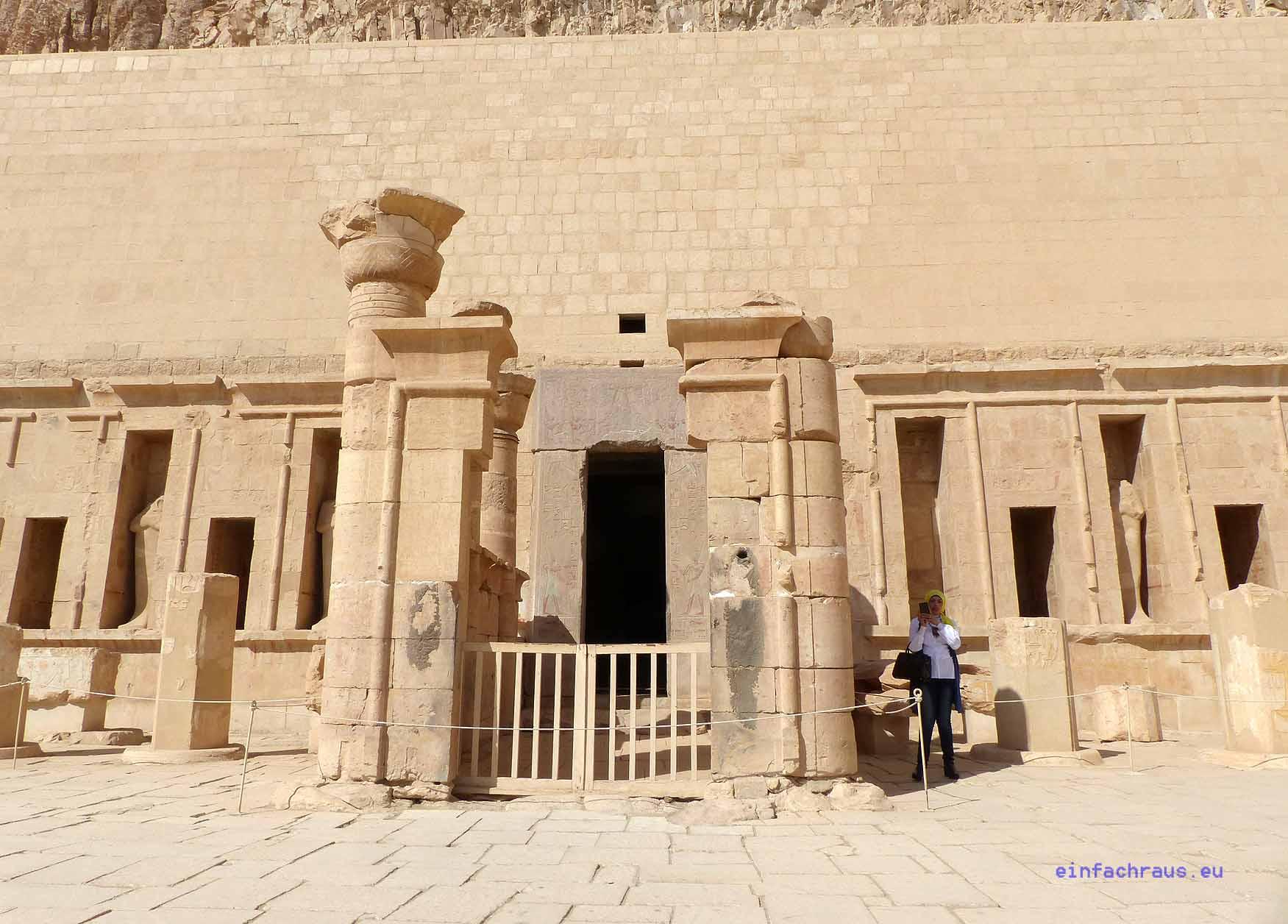 """Dieser Terrassentempel ist eine Hommage an die einzige """"Frau Pharao"""" Ägyptens. Er liegt magisch in einem Talkessel. Foto: D. Weirauch"""