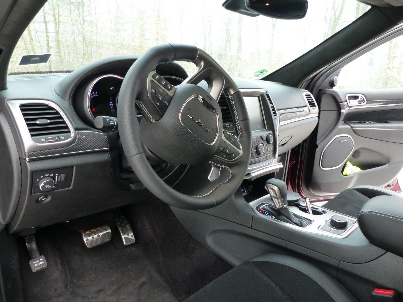 Passend zu einem Hochleistungs-SUV ist der Innenraum des Jeep Grand Cherokee SRT® betont sportlich vom Rennsport inspiriert. Foto: D.Weirauch