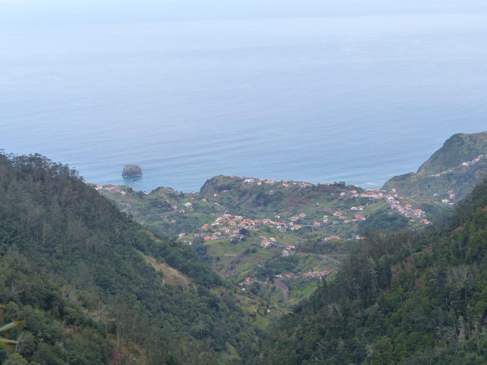 Bei einer Levada-Wanderung hat man phantastische Ausblicke über die Insel, bis zur Küste, foto: D.Weirauch