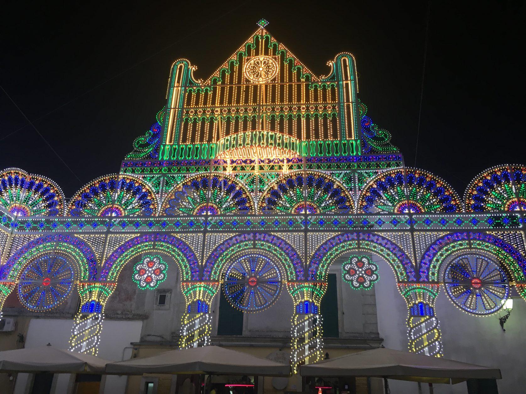 Festlich illuminiert präsentiert sich die Basilika von Castro Ende April 2017. Foto: D.Weirauch