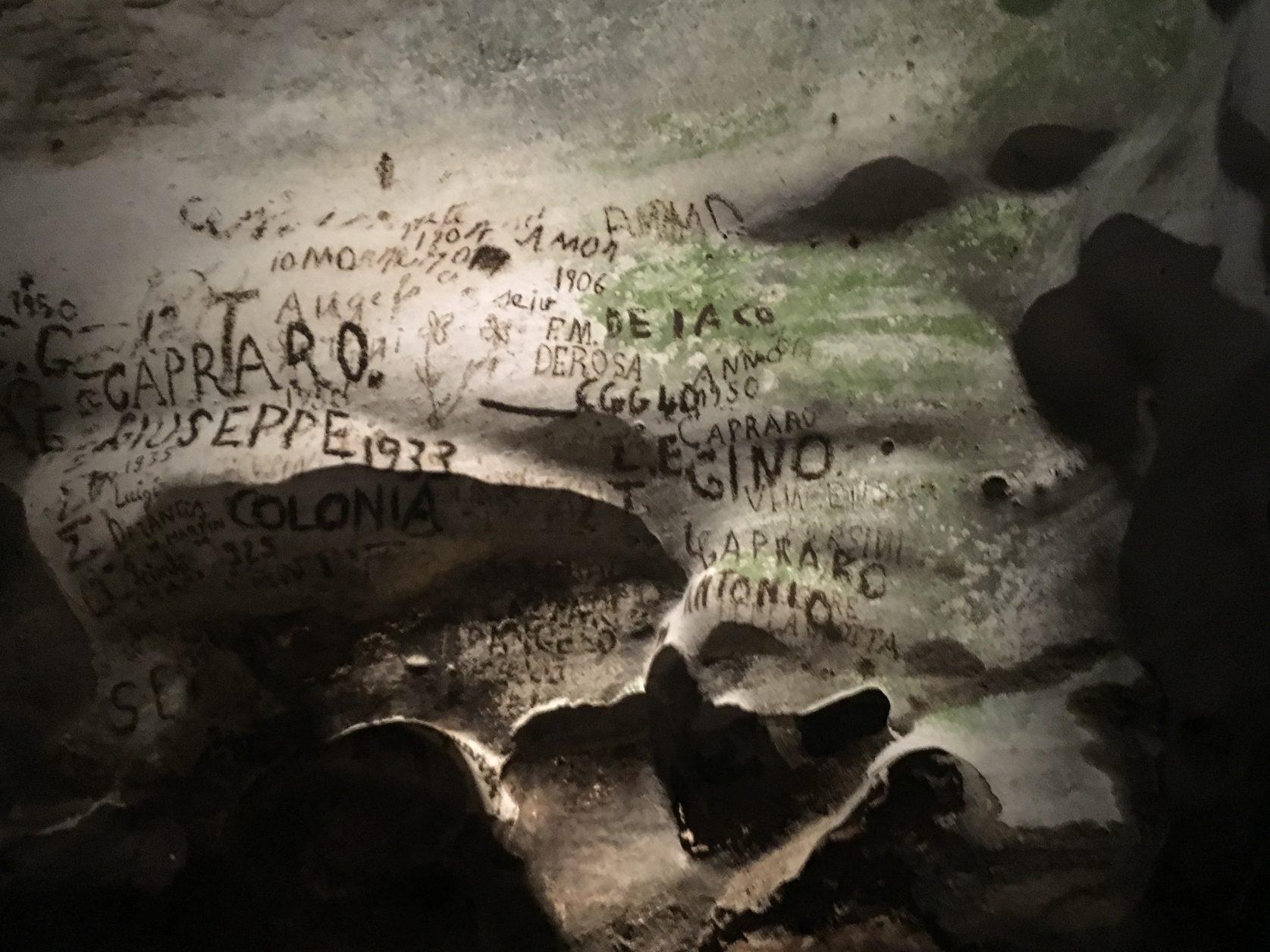 """Besucher und Ausgräber hinterließenh nach 1900 ihre """"Unterschriften"""" im Dom der Grotta Zinzulusa. Foto: D.Weirauch"""