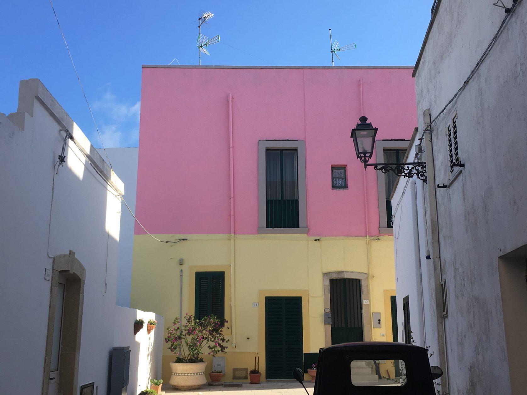 Wohnhäuser auf dem Burgberg von Castro im Salento. Foto: D.Weirauch