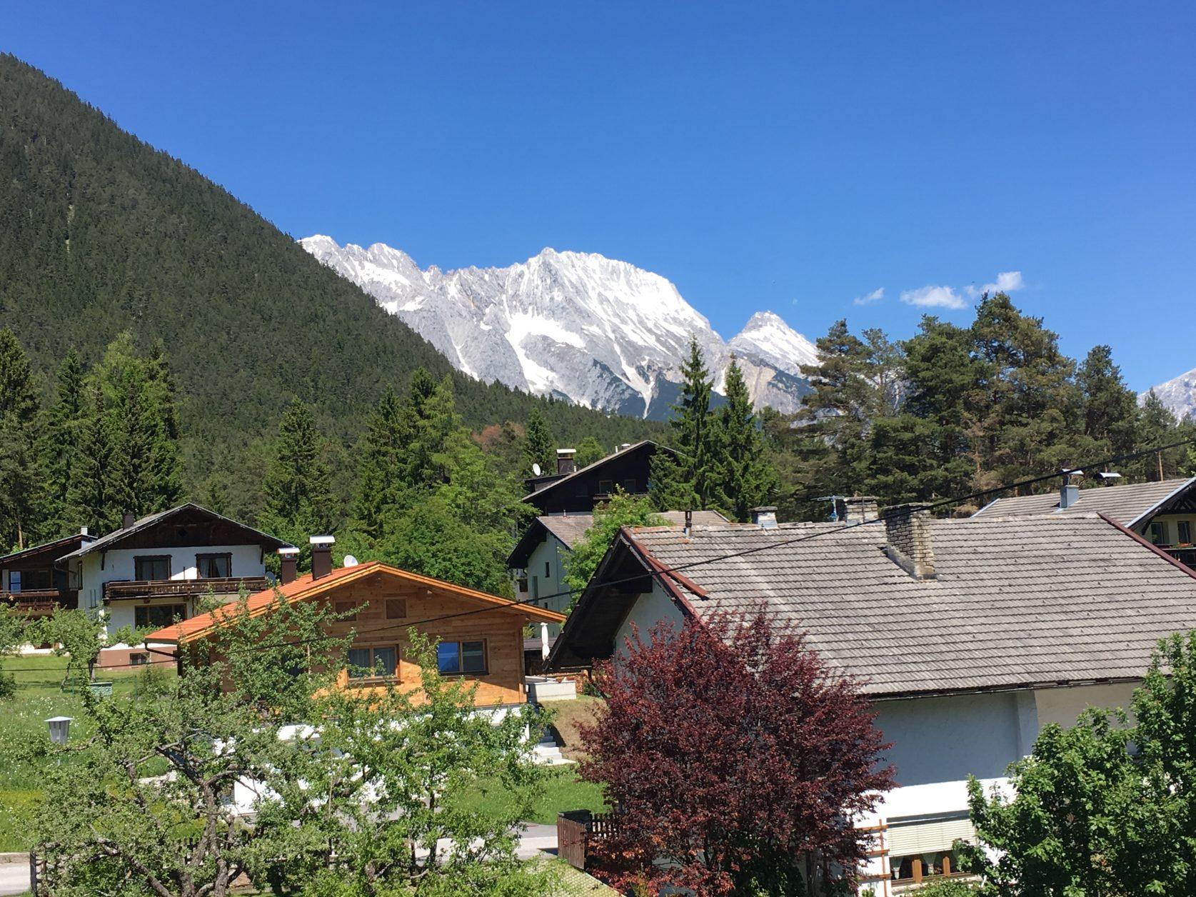 Schon beim Aufwachen sind die nahen Berge zu sehen. Foto: D.Weirauch