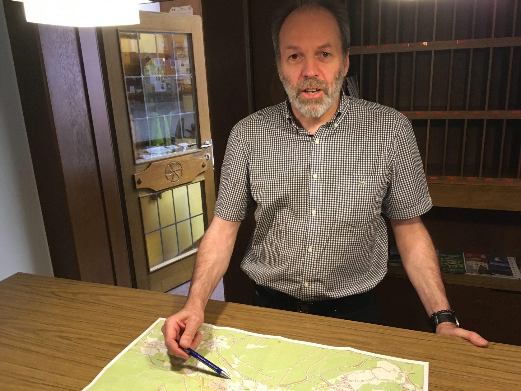 Peter Stierschneider vom Hotel Bergland in Obsteig erklärt Wanderziele. Foto: D.Weirauch