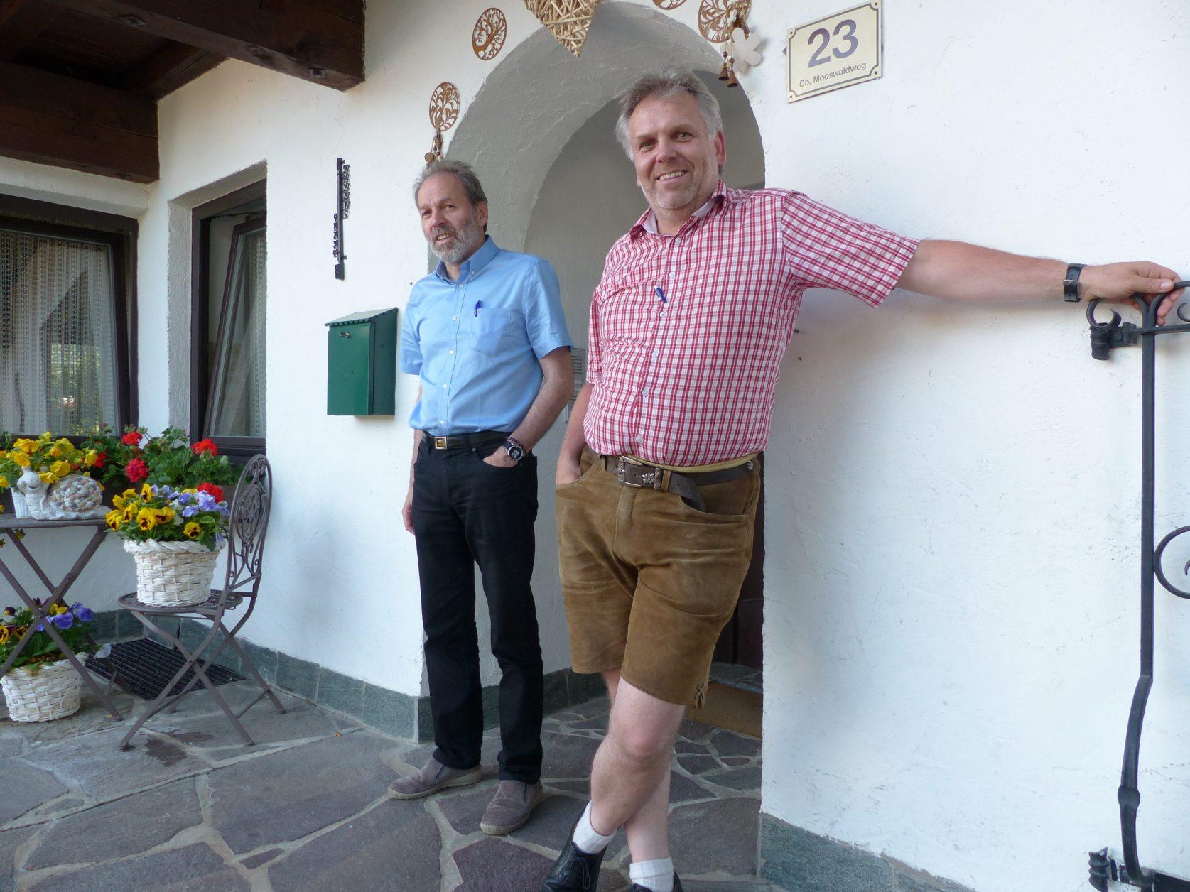 Die Brüder Peter und Franz Stierschneider am Eingang zum Landhaus. Forto: D.Weirauch