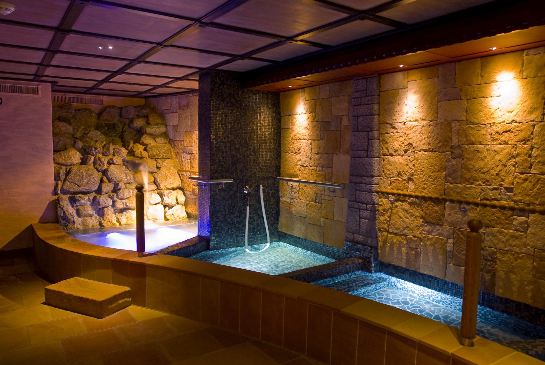 Die 7.000 qm große Wasser- und Saunawelt des 5-Sterne Wohlfühlhotels ist mit ihren fantasievollen Wasser-, Wärme- und Ruhezonen eine der vielfältigsten und exklusivsten in Österreich. Foto: PR/Posthotel