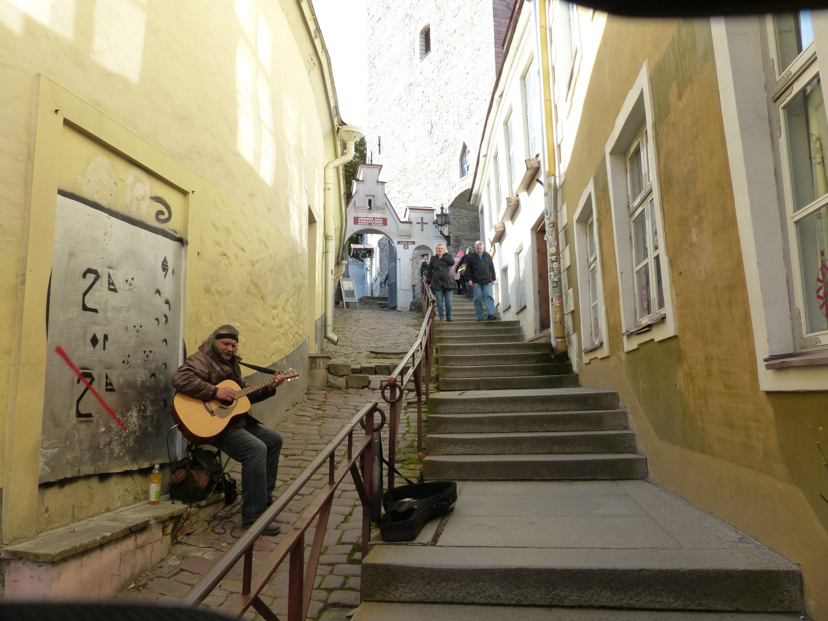 Bereits bei einem früheren Besuch sah ich diesen Strassenmusiker am Aufgang zum Burgberg, Foto: D.Weirauch
