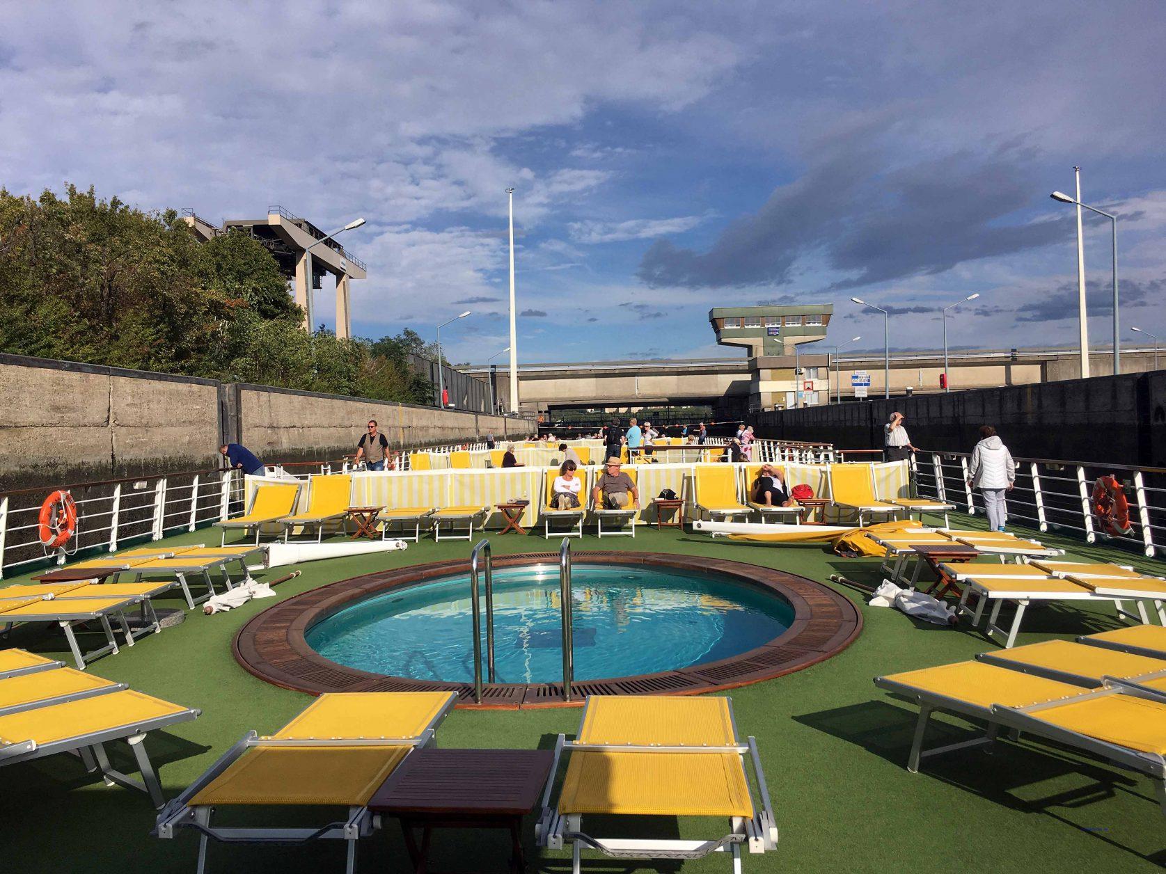 Während die Schleusen durchfahren werden, bietet der Pool Abwechslung, Foto: Weirauch