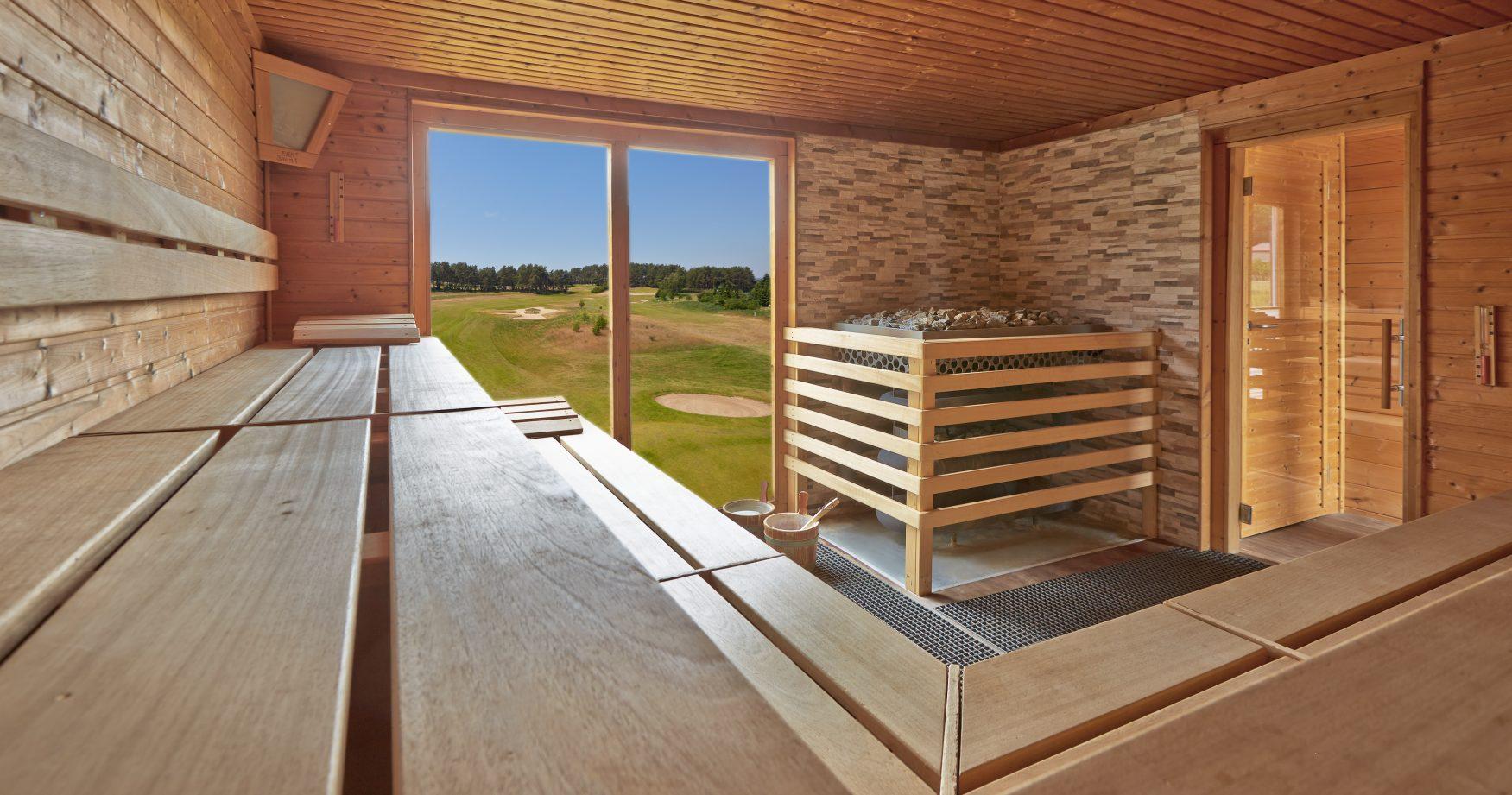 Auch von der Sauna aus schaut man auf den Golfplatz Foto: Best Western Plus Hotel Baltic Hill