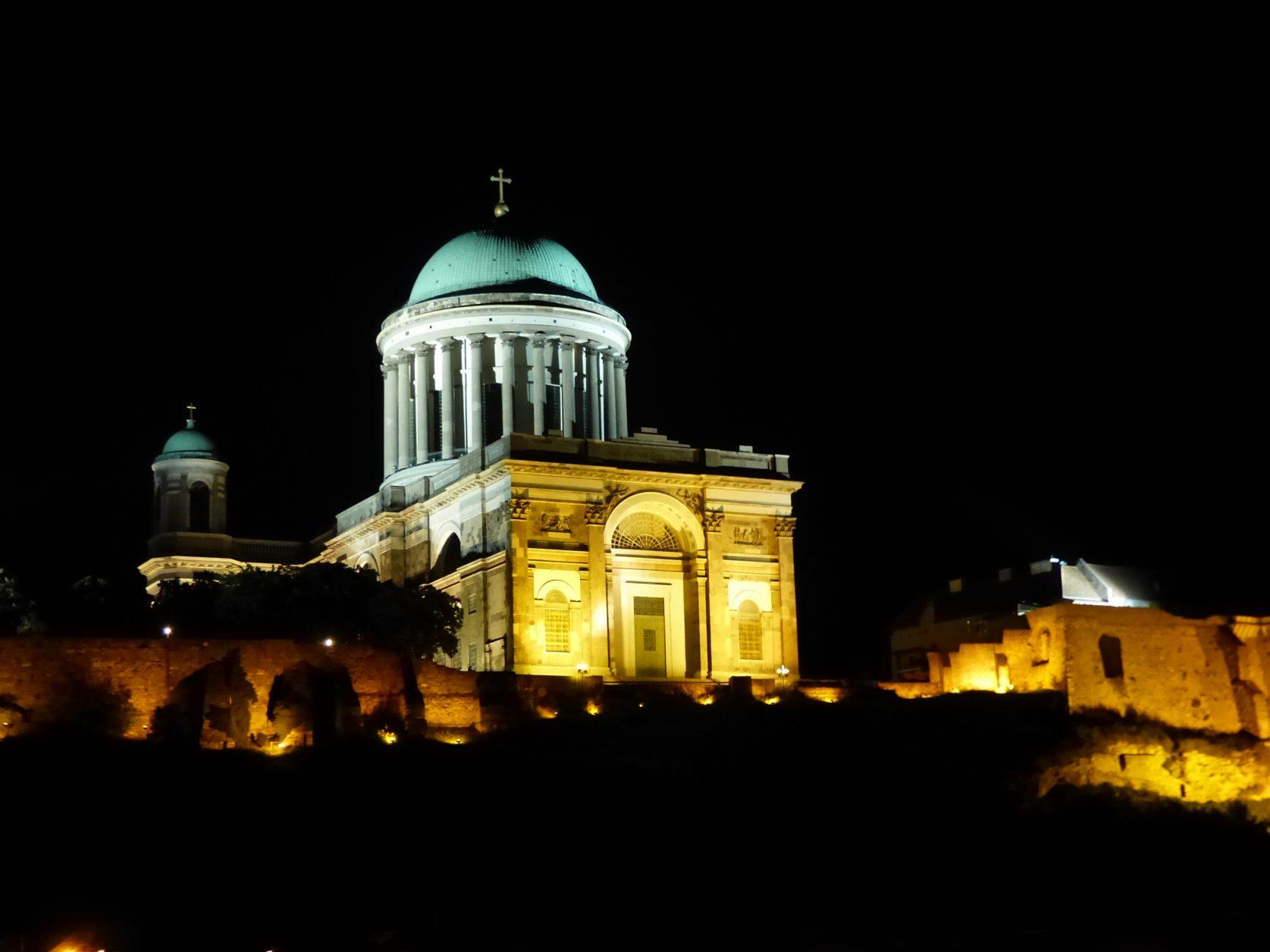 Auch angestrahlt ist die Basilika eine Attraktion an der Donau