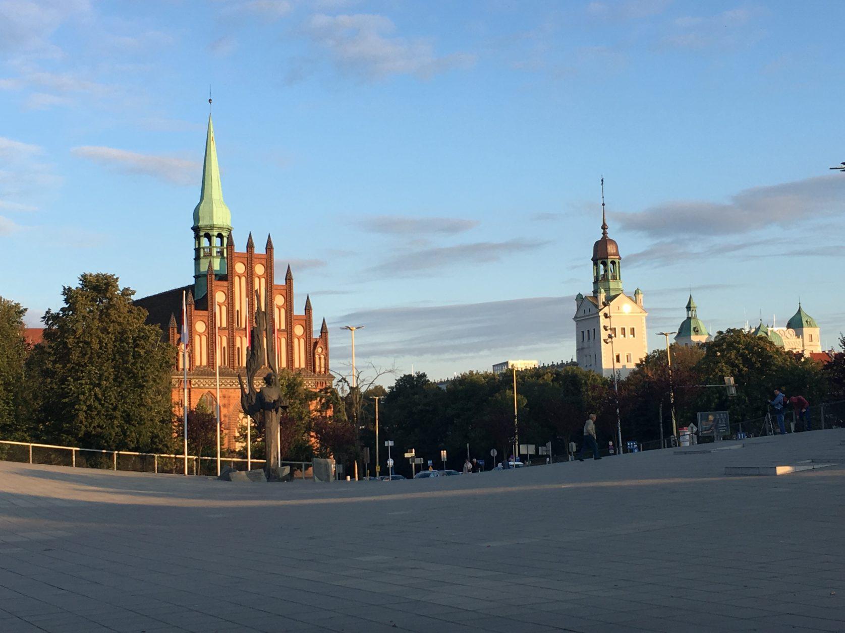 Der schräg ansteigende Platz neben der Philharmonie ist das Dach des zeitgeschichtlichen Museums.