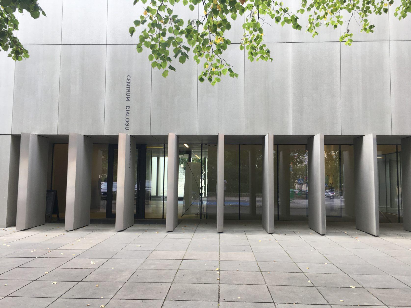 """Eingang zum unterirdischen """"Centrum Dialogu Prze łomy"""""""