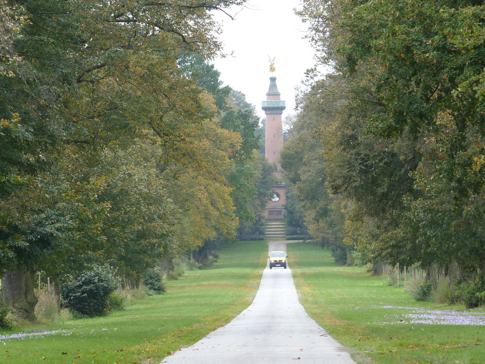 Blick auf das Denkmal von Hakenberg