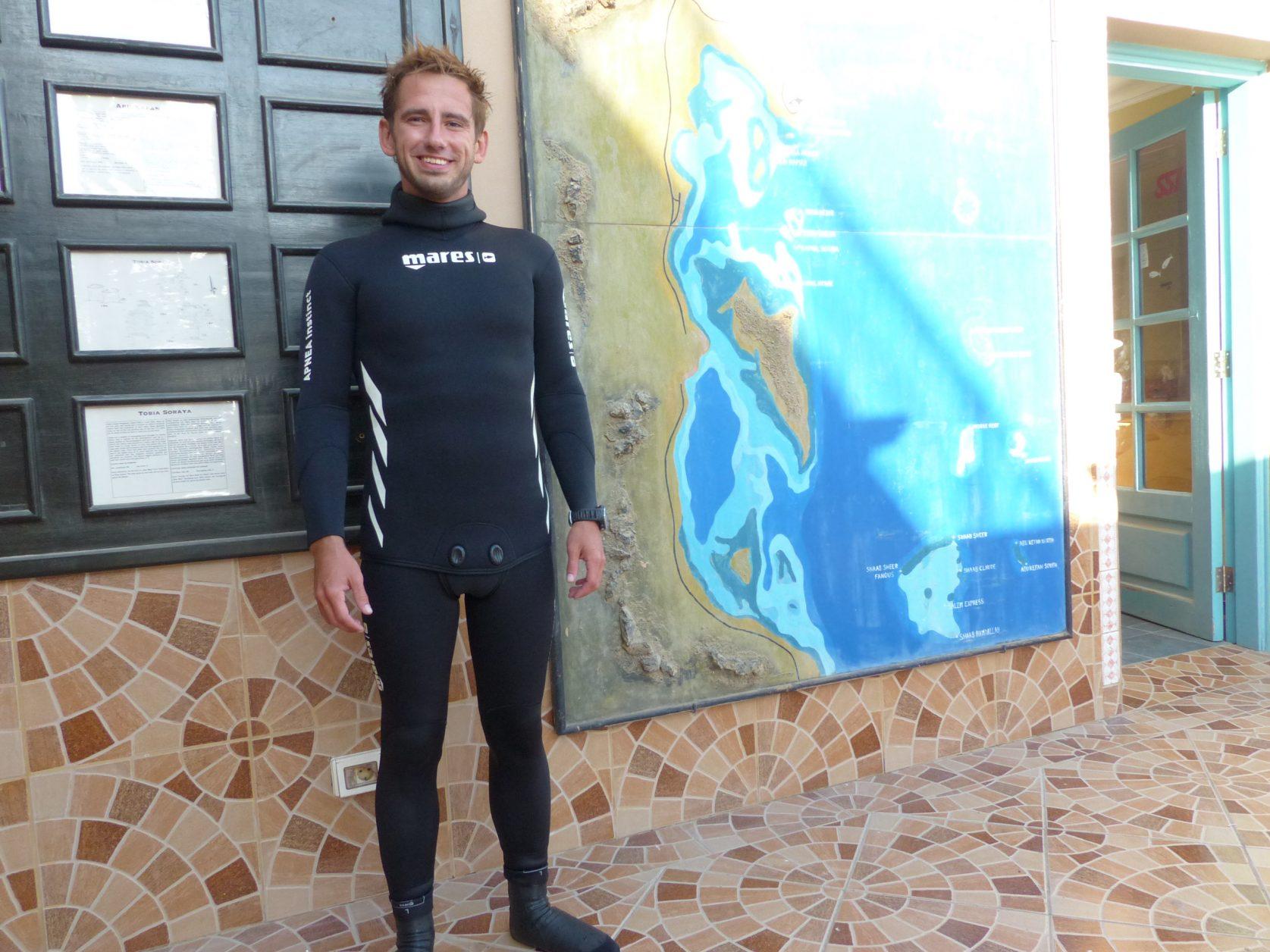 Tauchlehrer Nico gab uns Tipps für den Schnorchelausflug im Roten Meerr. Foto: D.Weirauch