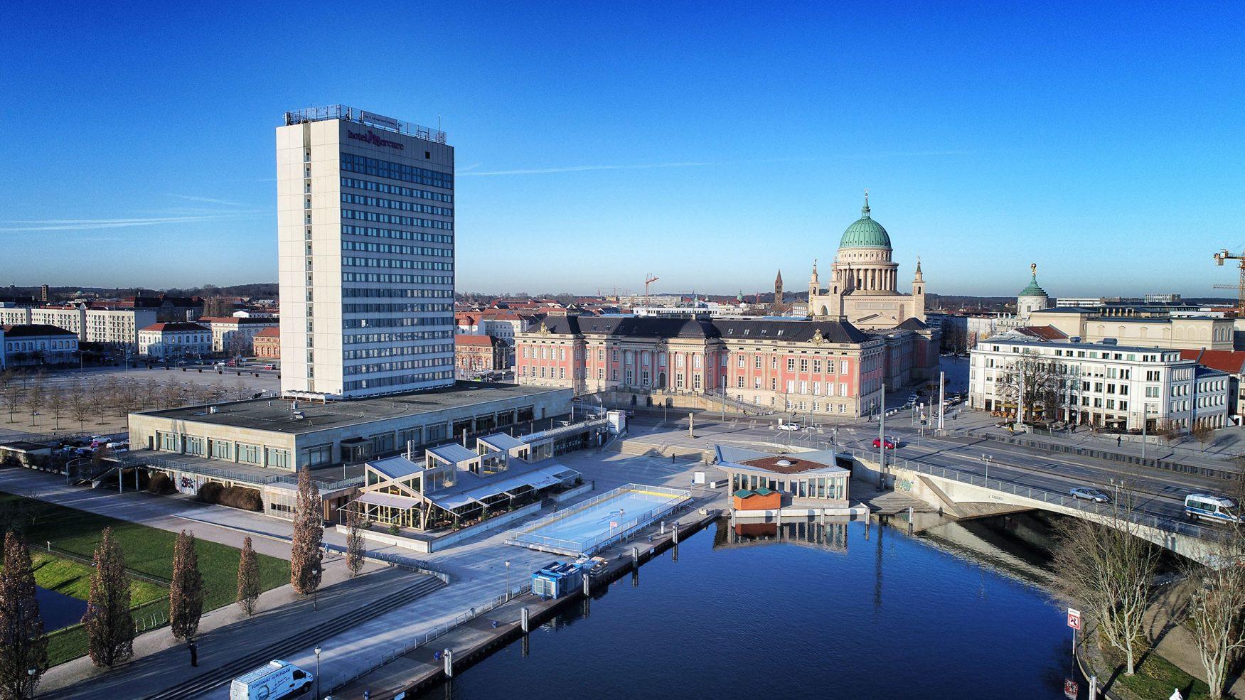 Eisbahn vor imposanter Kulisse im Potsdamer Hafen, Foto: Weisse Flotte Potsdam