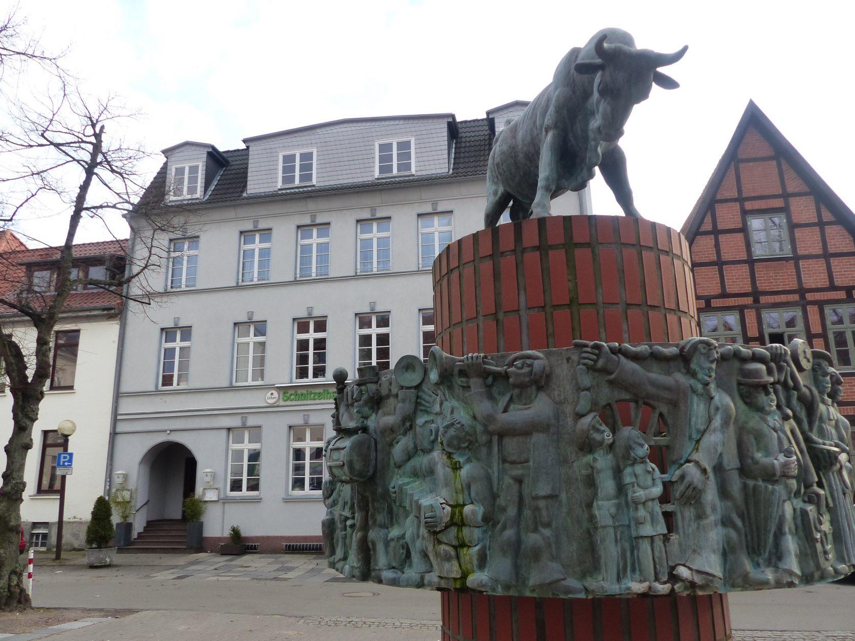 """Auf dem Schlachtermarkt steht seit 1979 der Brunnen von Stefan Horota, der das alte niederdeutsche Scherzlied """"Von Herrn Pastor sin Kauh"""" darstellt. Foto: Weirauch"""
