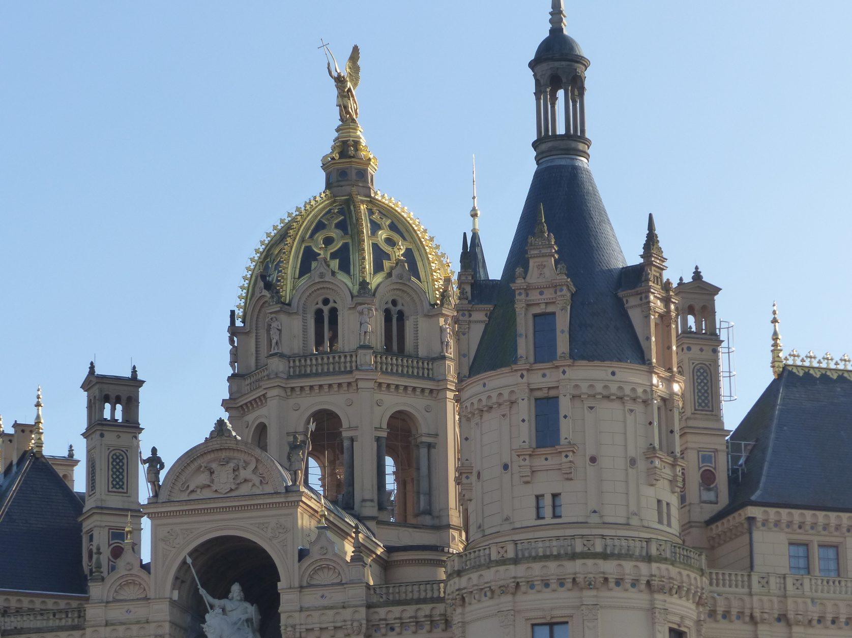 Uunzählige Türme und Türmchen, gekrönt von goldenen Kuppeln und funkelnden Zinnen, machen das Schweriner Schloss zu einem regelrechten Märchenschloss. Foto: Weirauch