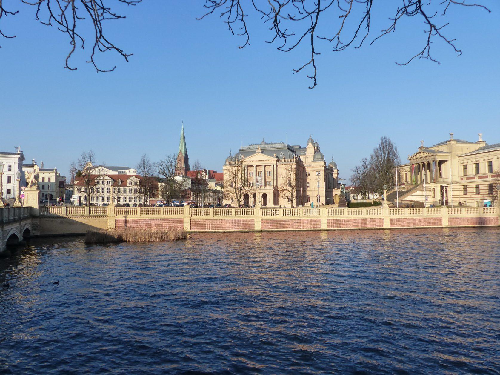 Was für eine Kulisse: Mecklenburgisches Staatstheater und museum, Foto. Weirauch