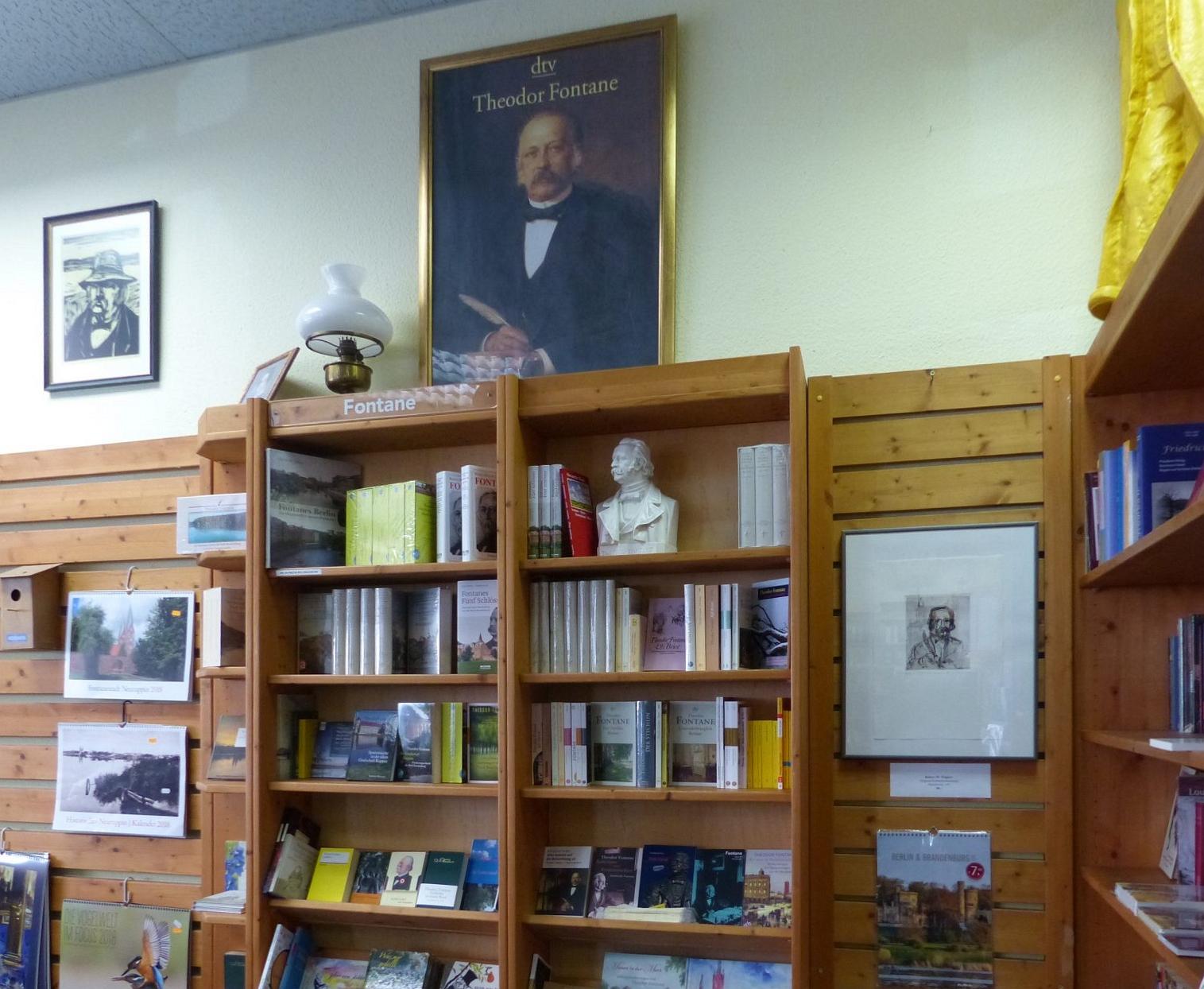 Zwei Regale voller Fontaneliteratur in der Fontane-Buchhandlung in Neuruppin. Foto: Weirauch