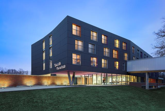 "Blick auf das Thermenhotel, rechts der ""Bademantelgang"", Foto: Spreewald Therme GmbH"