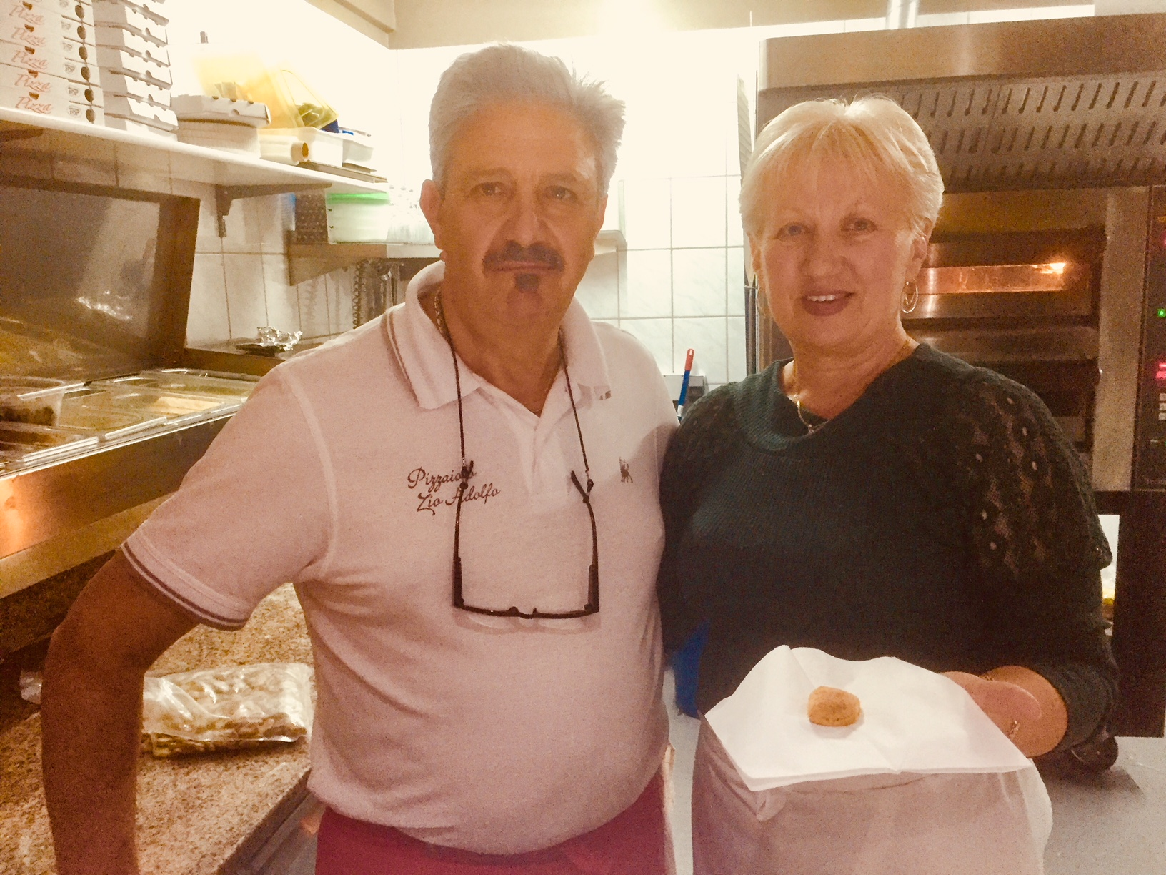 Alfredo mit seiner Frau Lucica Ruva in der Pizzeria von Werder Foto: Weirauch