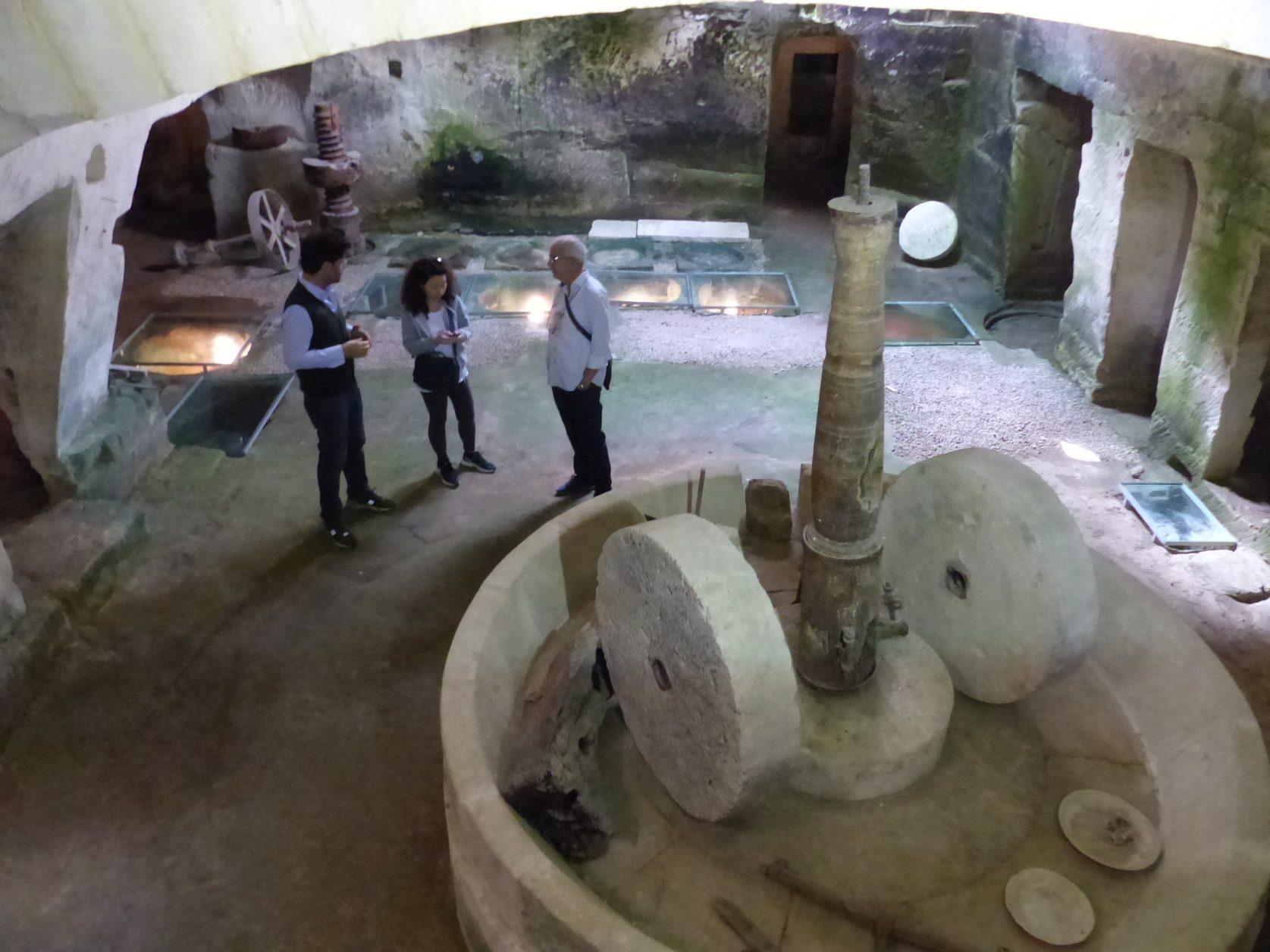 Blick in den aus Sandstein gehauenenen Raum der einstigen Ölmühle Foto: Weirauch