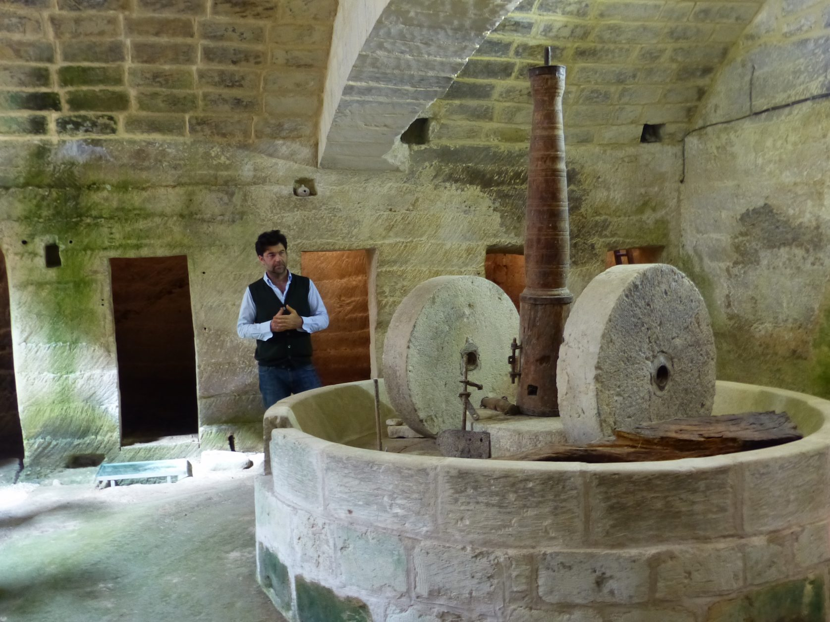 Dr. Pantaleo Greco in der unterirdischen Ölmühle Foto: Weirauch