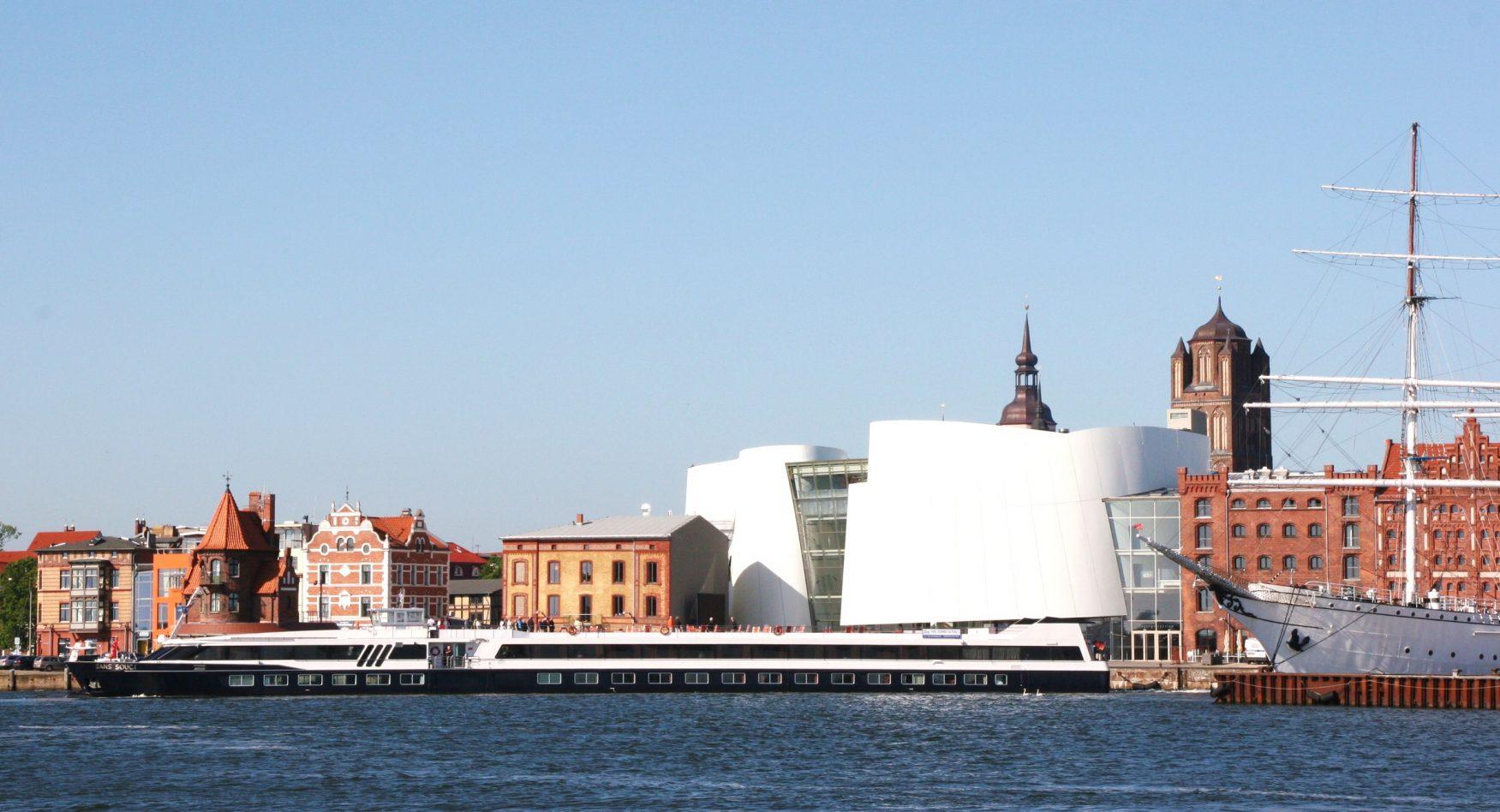 MS SANS SOUCI vor Stralsund-Kulisse mit Ozeaneum und GORCH FOCK (I) c Dr.Schmidt-Walther