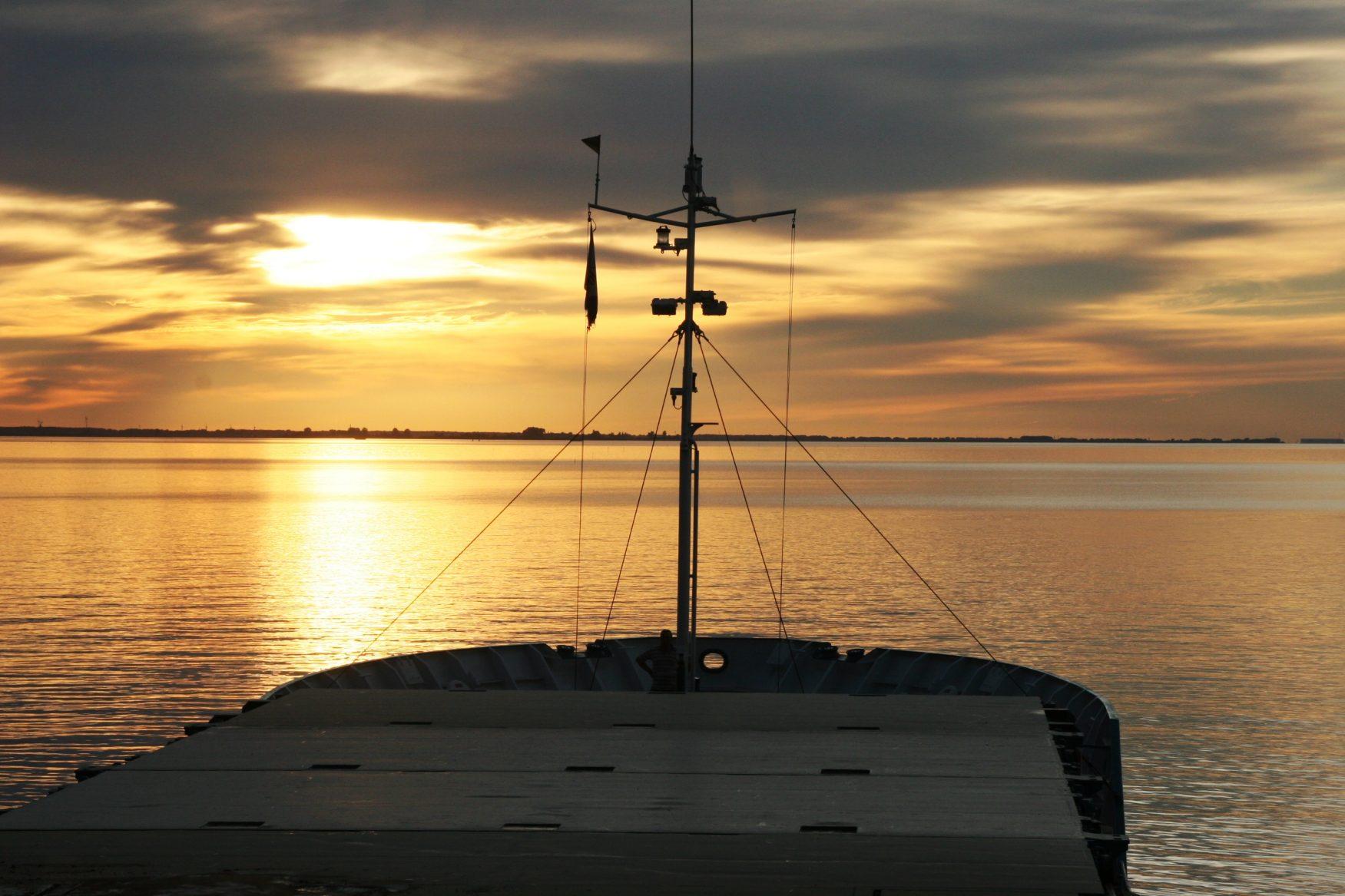 Stille Fahrt in den Sonnenuntergang auf dem Greifswalder Bodden Foto: Dr. Peer Schmidt-Walther