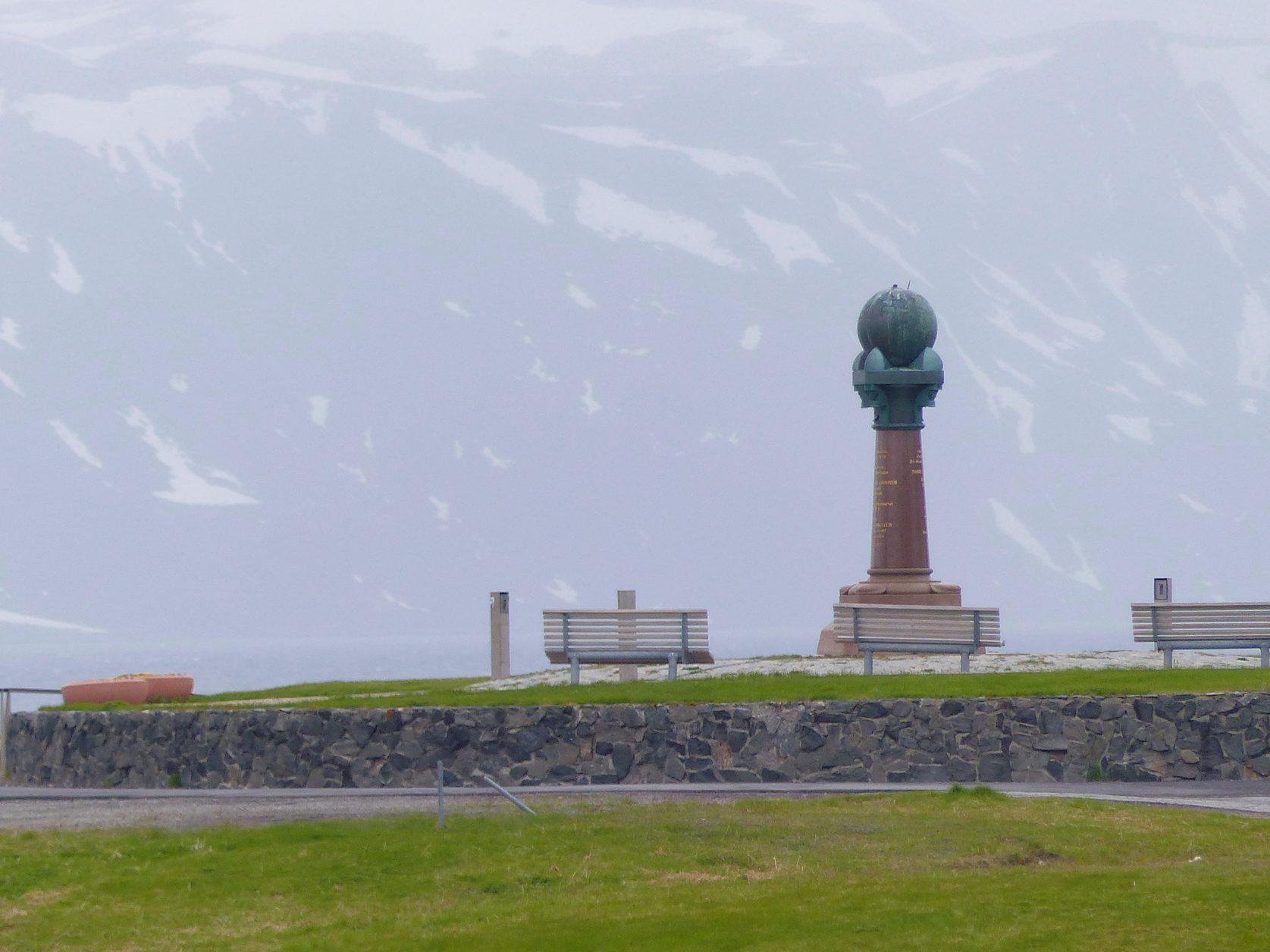 Vor eisiger Kulisse: Der Struve - Gedenkstein in Hammerfest Foto: Weirauch