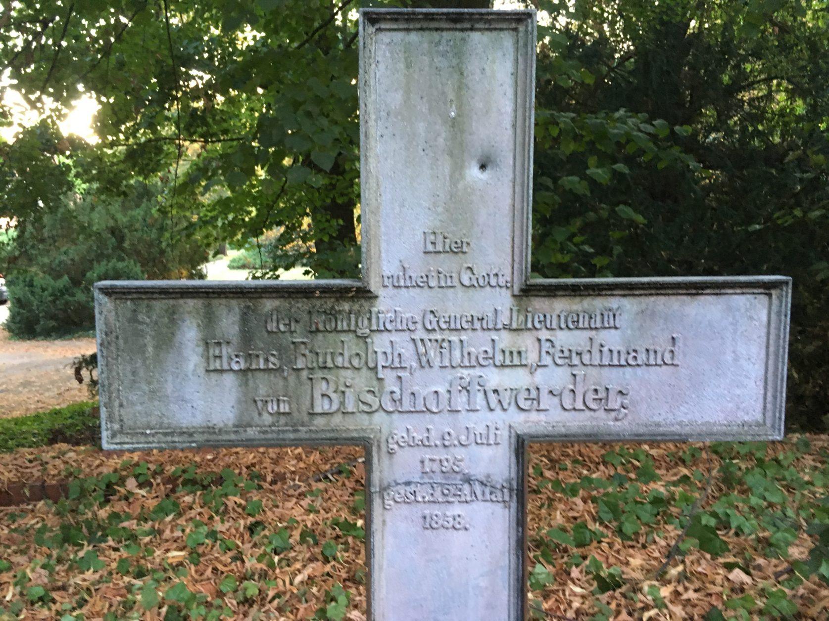 Grabkreuz hinter der Dorfkirche des Potsdamer Ortsteiles Marquardt Foto: D.Weirauch
