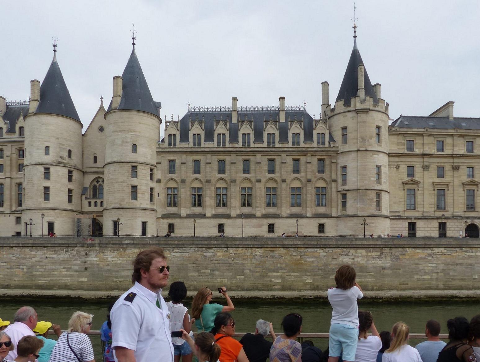 Das größte Pariser Museum und eine der wichtigsten Kunstsammlungen der Welt ist der Louvre