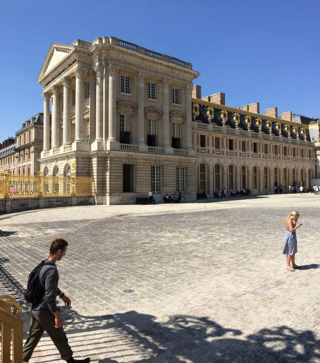 Der dreiflügelige Prachtbau den Sonnenkönig Ludwig XIV. zu monumentaler Größe ausgebaut ist die architektonische Verkörperung absolutistischer Macht. Foto: Christian Baumann