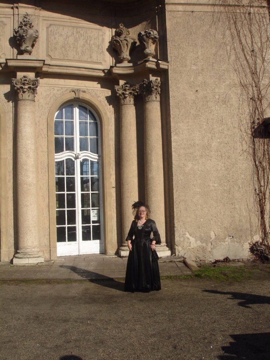 Witwe Bischoffwerder (Ramona Kleber) vor Schloss Marquardt, Foto: Holger Naumann