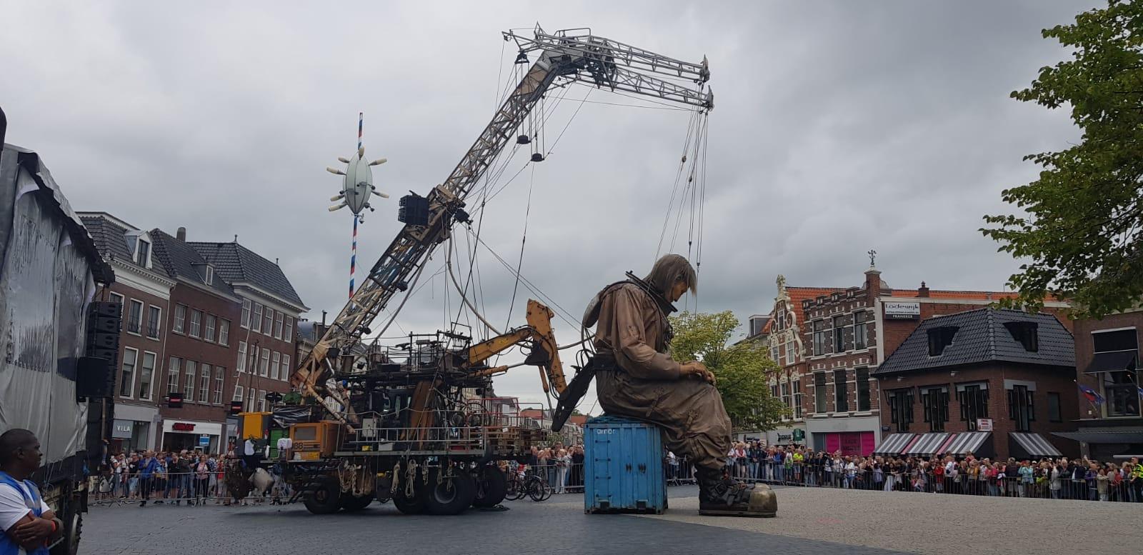Der Taucher ruht sich aus und Zigtausende schauen ihm zu. Der Container eines LKW dient ihm als Stuhhl, Foto: Josef Weirauch