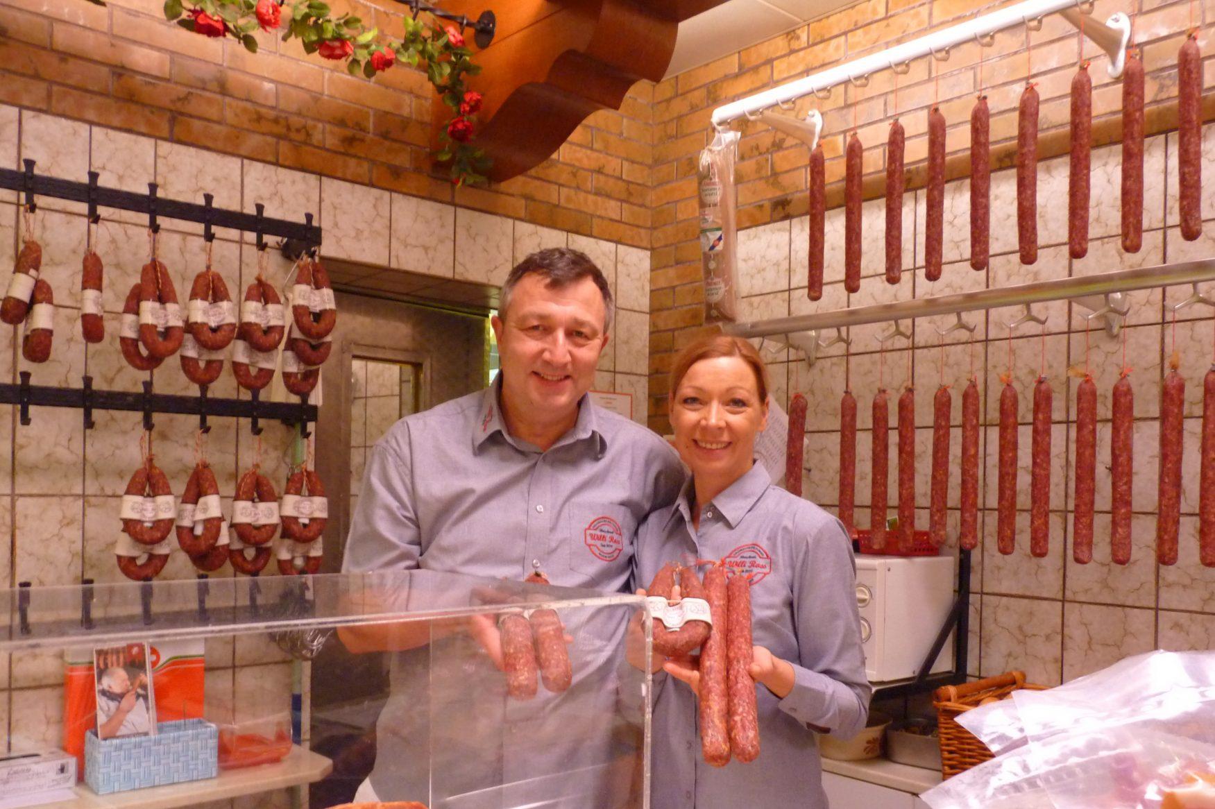 Das macht Einkaufen Spaß: Bianca und Rolf Schott mit der Ahlen Wurscht, Foto: Fleischerei Ross