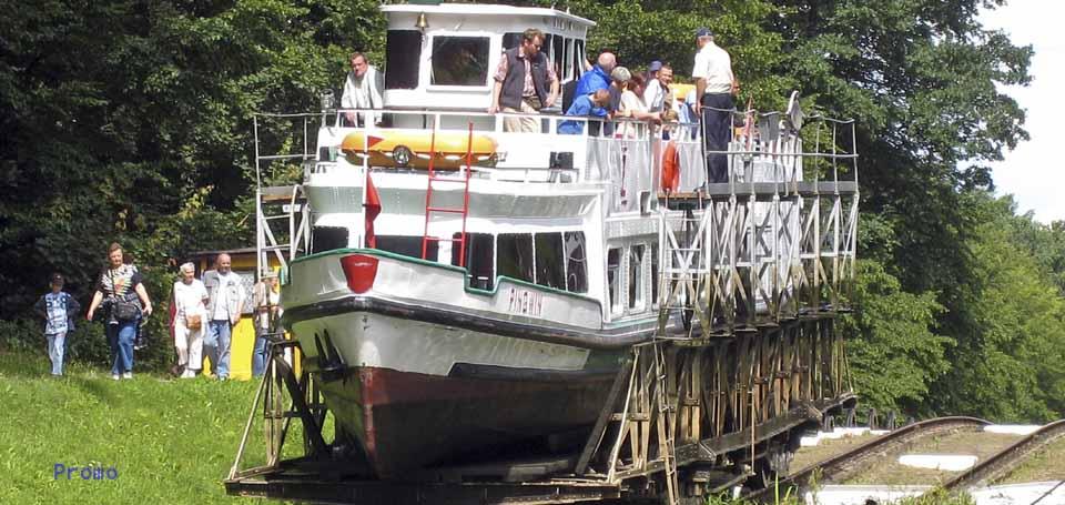 Schiff wird ueber Land gezogen auf dem Oberlandkanal in Polen, ship carried on land