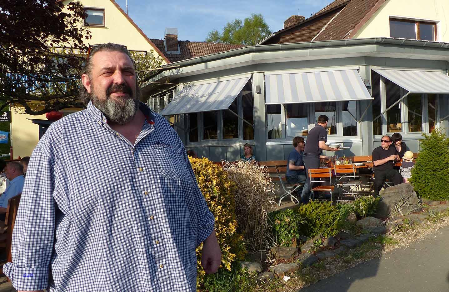 """Gastwirt """"Nico"""" vor seiner Fischerhütte, dem Kultlokal am Edersee"""