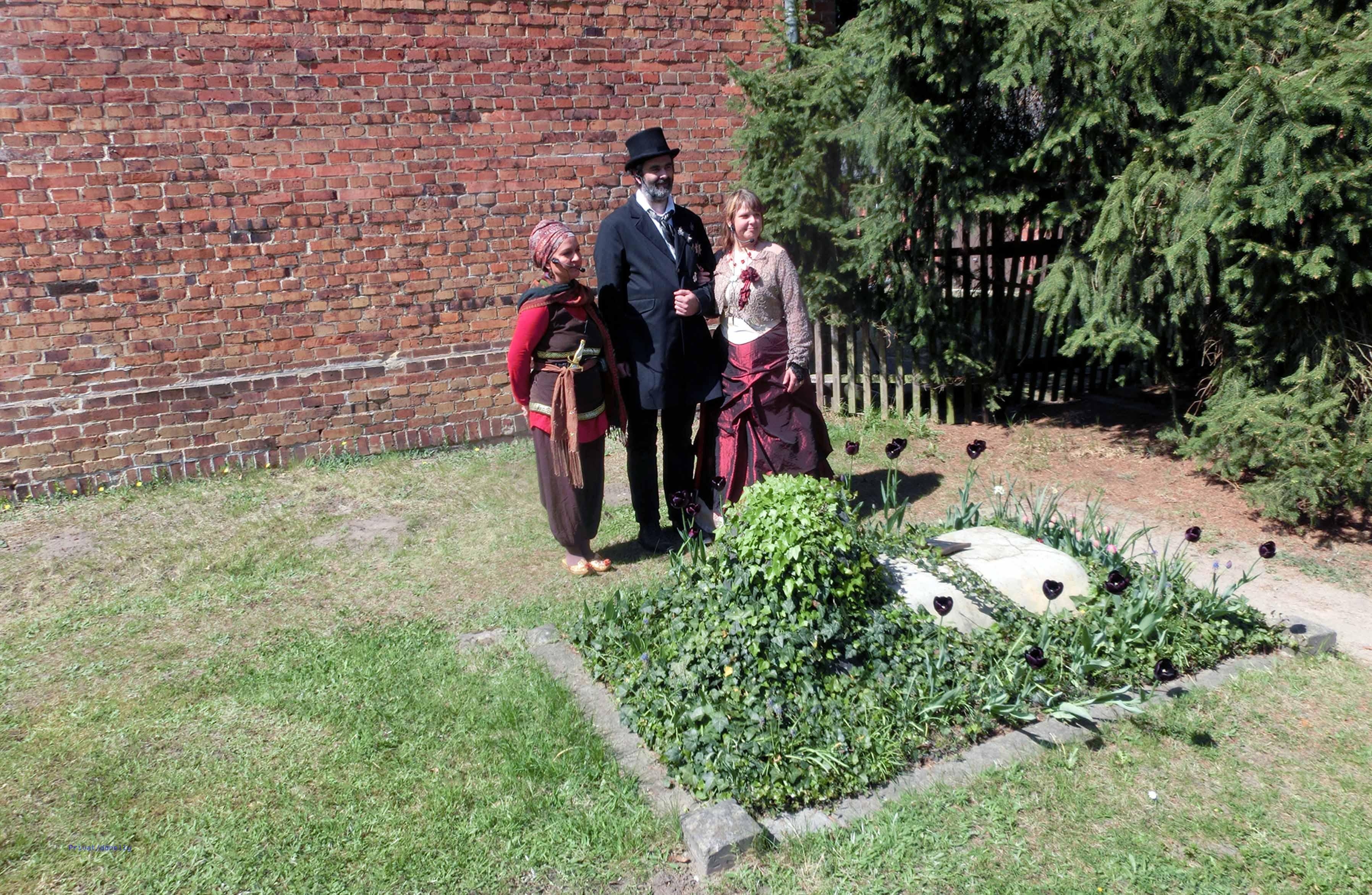Am Grab von Machbuba, von links: Machbuba (Babett Donnelly), Fürst Pückler (Sven Hülsebus), und Katrin Moschner, Parkführerin der Stiftung Foto: Donnelly