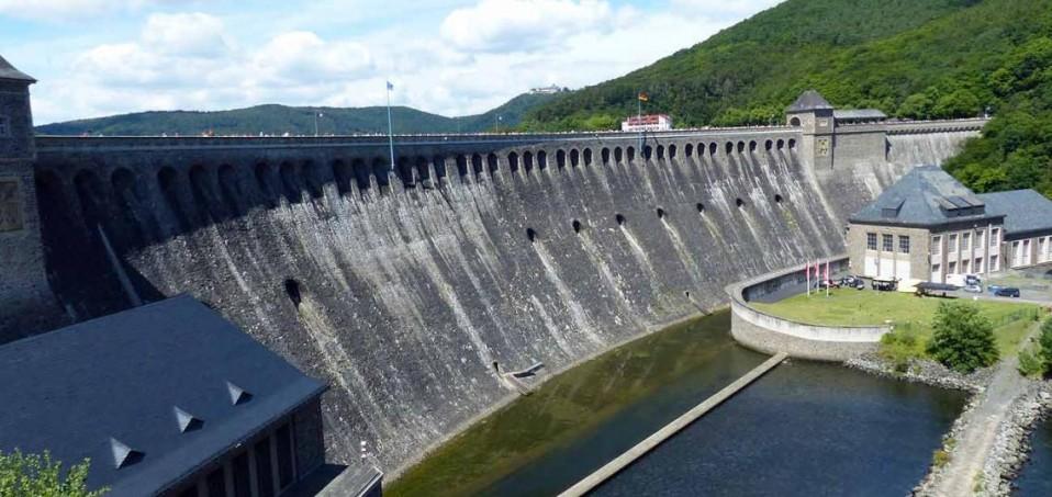 Für den Bau der 1908 bis 1914 errichteten Talsperrenmauer wurden etwa 300.000 m³ Bruchsteinmauerwerk aus Edersee-Grauwacke verarbeitet.