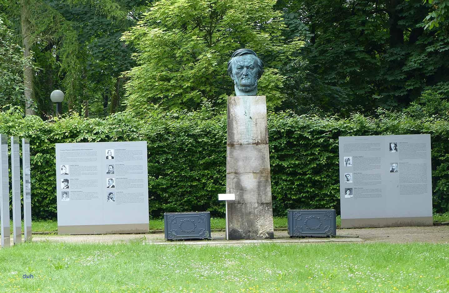 """Breker-Büste von Wagner, flankiert von Tafeln der Ausstellung """"Verstummte Stimmen"""""""