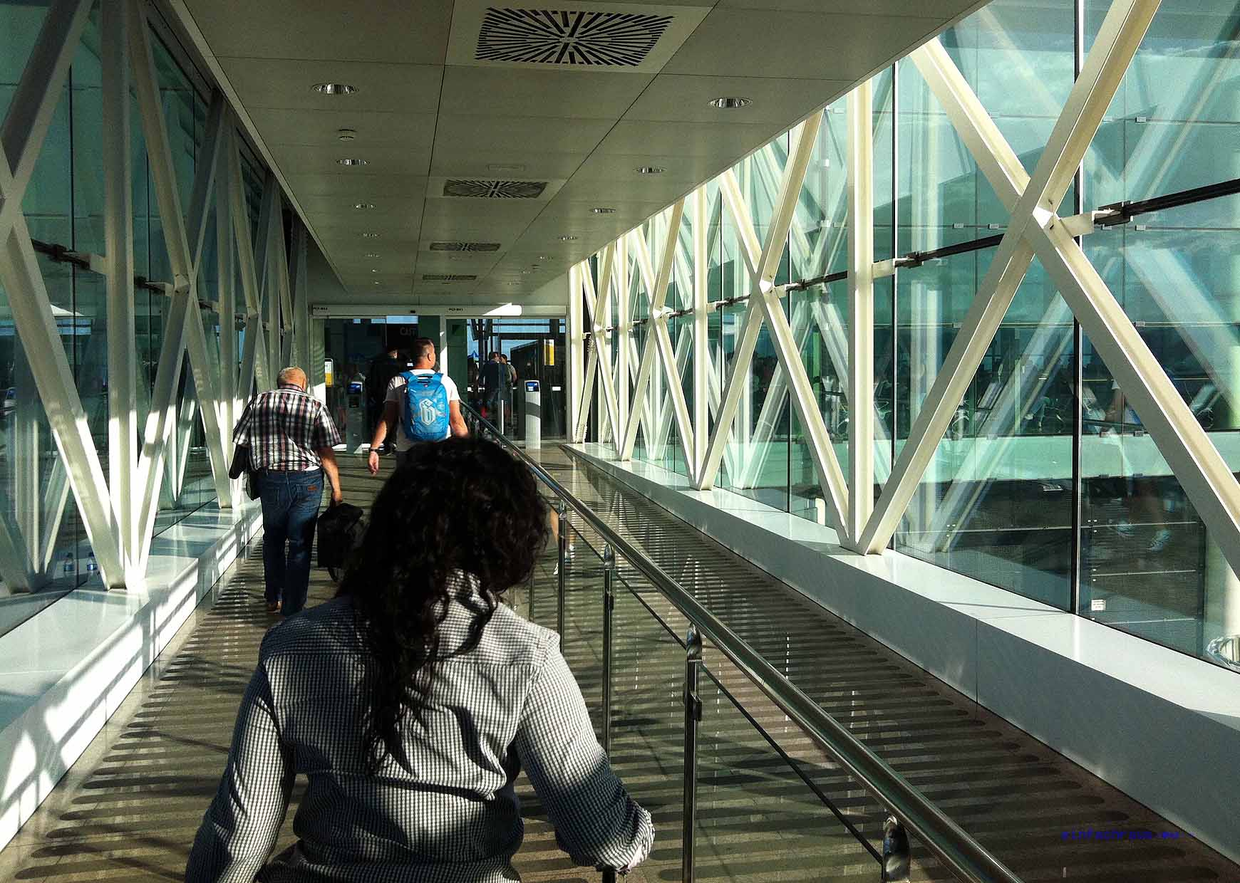 Lange Wege im Flughafen Barcelona sind einzuplanen