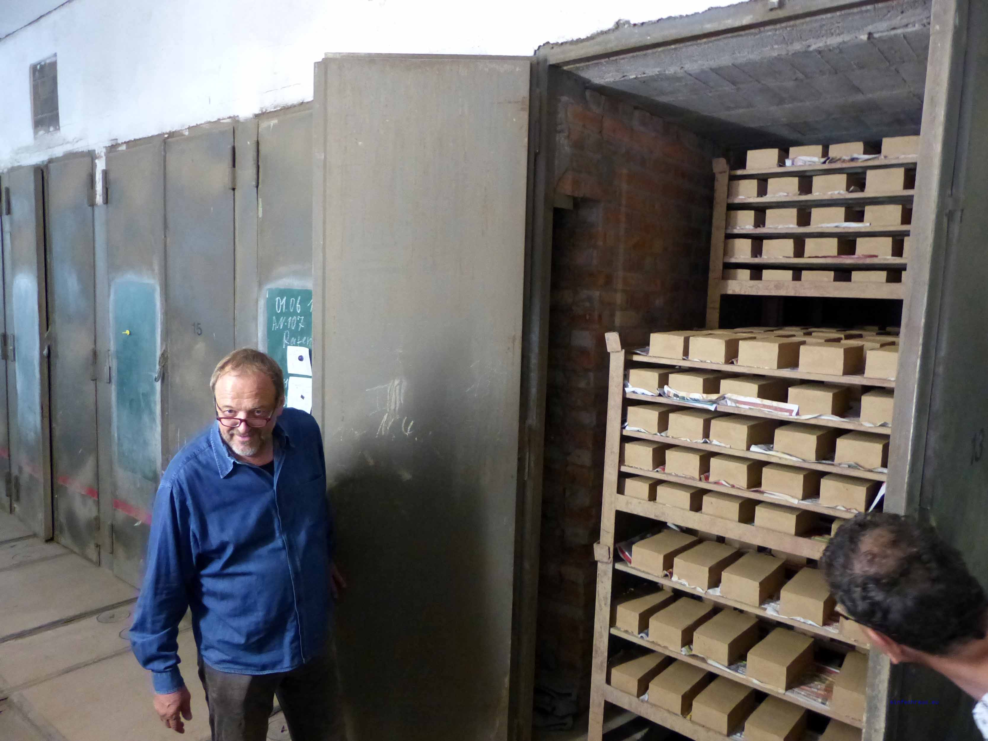 Harald Dieckmann öffnet die Trockenkammern