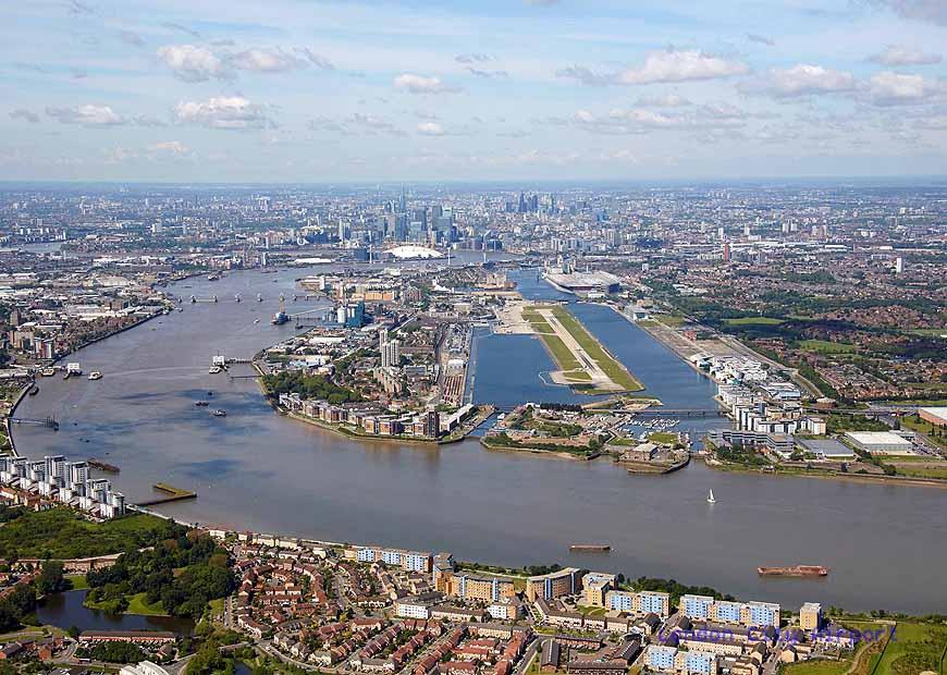 Eine 1,5 Kilometer lange und 30 Meter breite Landebahn zwischen zwei Hafenbecken. Foto: London City Airport