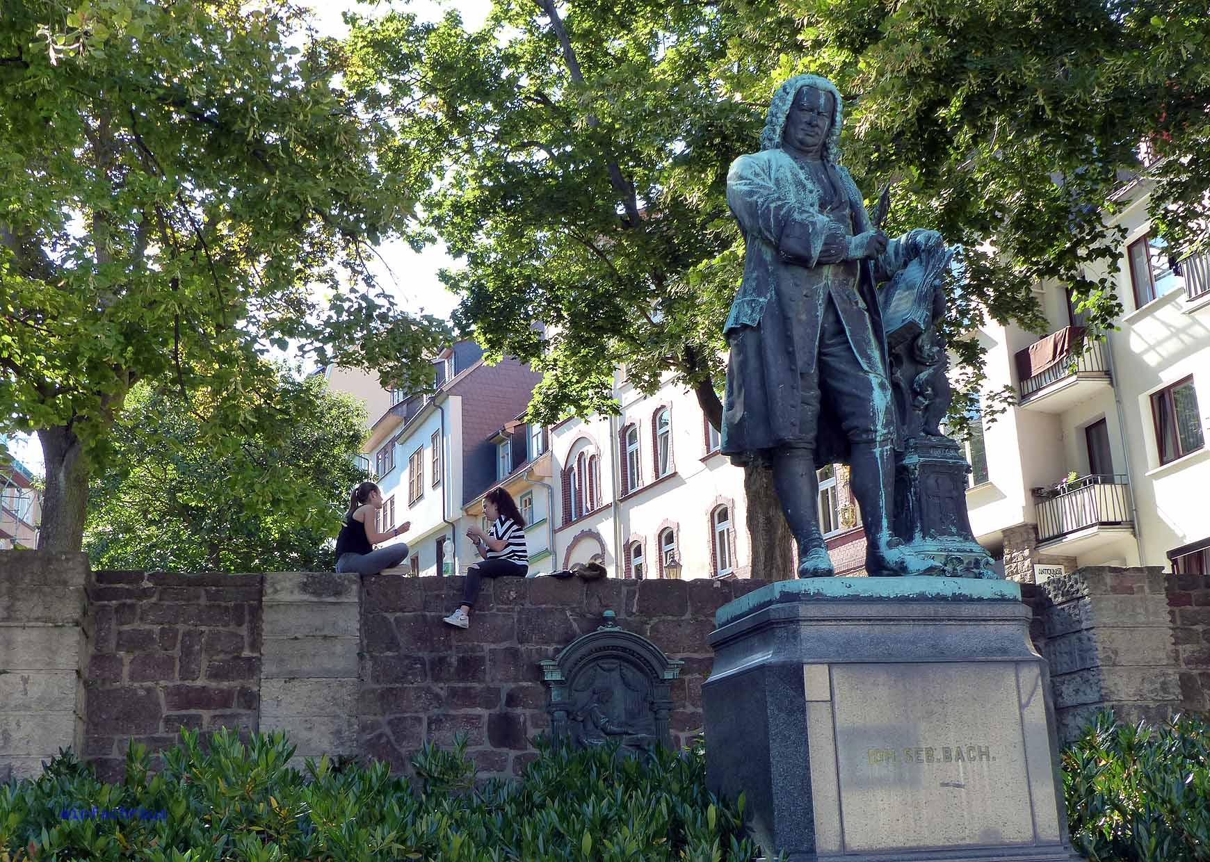 Das Denkmal gegenüber dem Bachhaus von Eisenach
