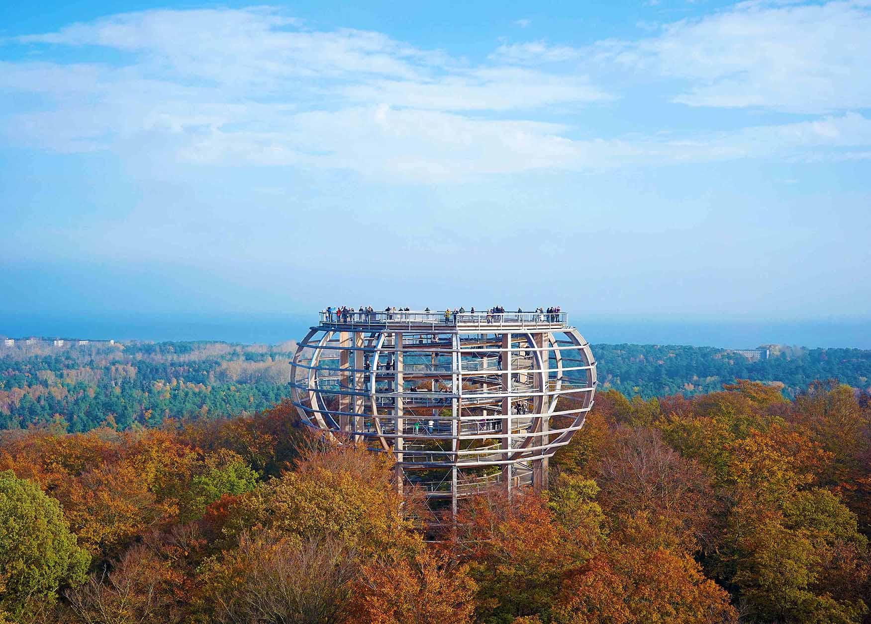 """Baumwipfelpfad: Die Aussichtsplattform """"Adlerhorst"""" bietet einen tollen Ausblick über den bunten Herbstwald. Foto: Naturerbe Zentrum Rügen"""