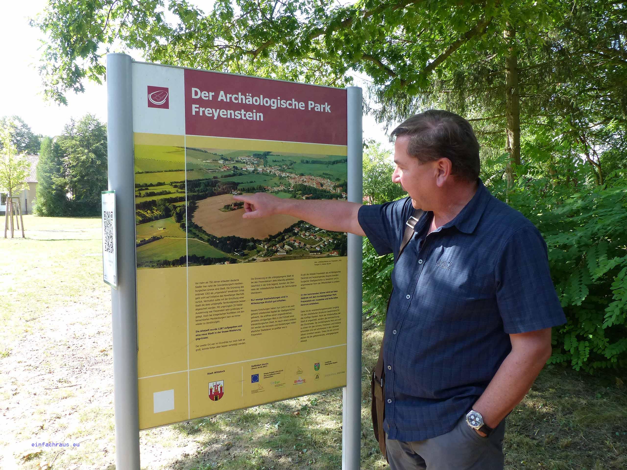 Archäologe Dr. Wacker erläutert den Archäologischen Park Freyenstein.