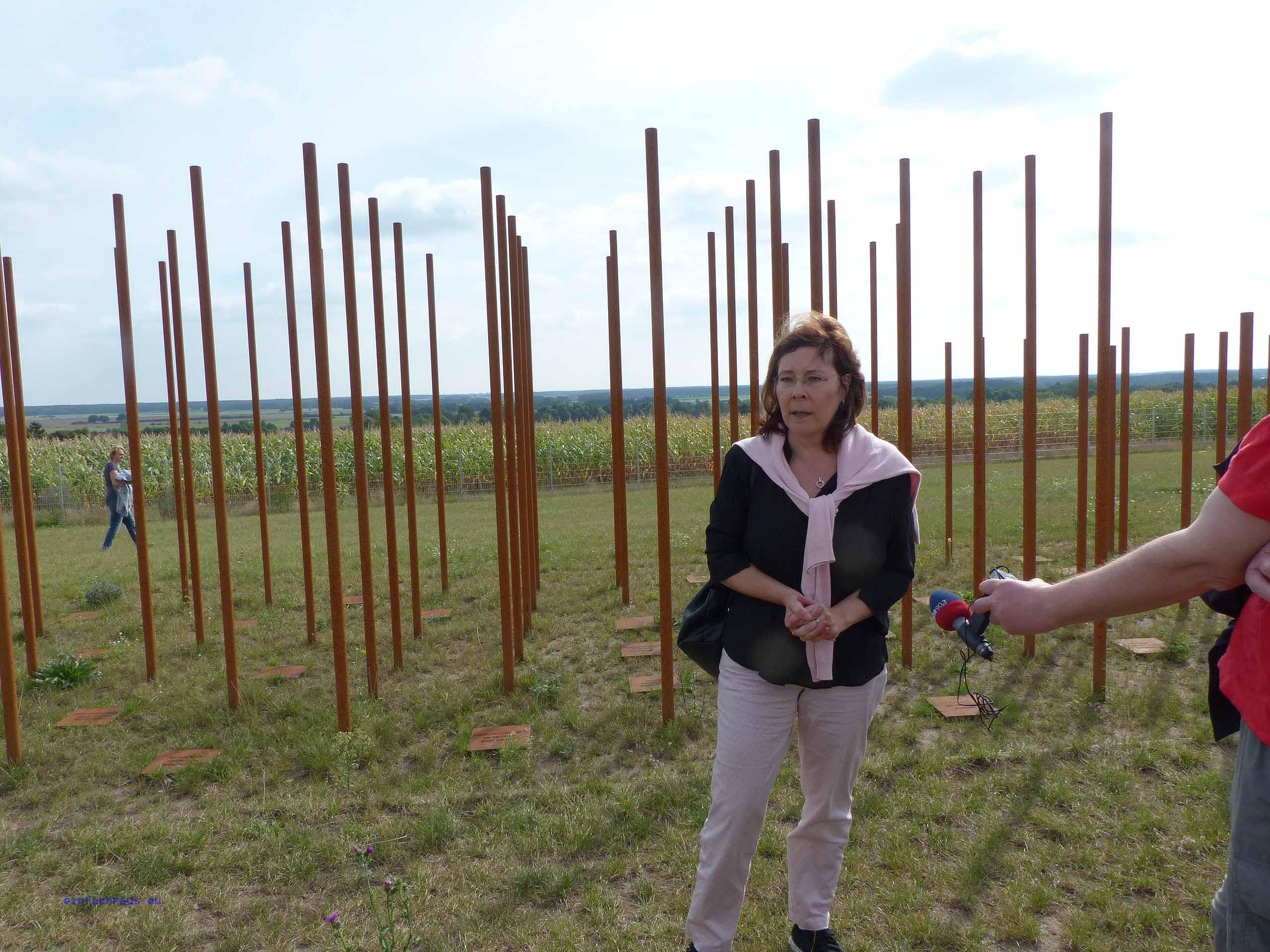 Die Archäologin Dr. Eickhoff erläutert die funde auf dem Schlachtfeld Scharfenberg/Bohnencamp