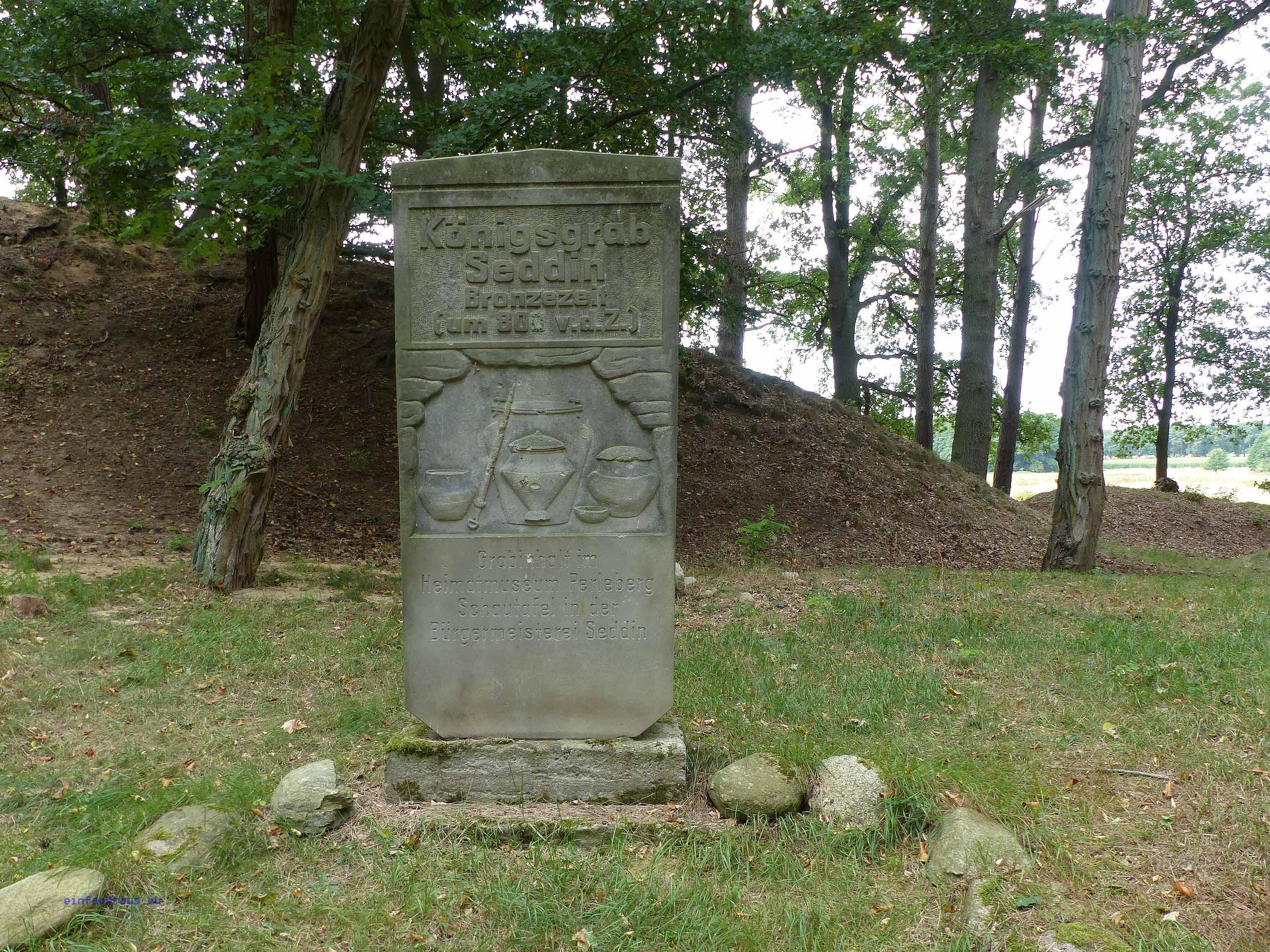 Gedenkstein vor dem Königsgrab von Seddin.