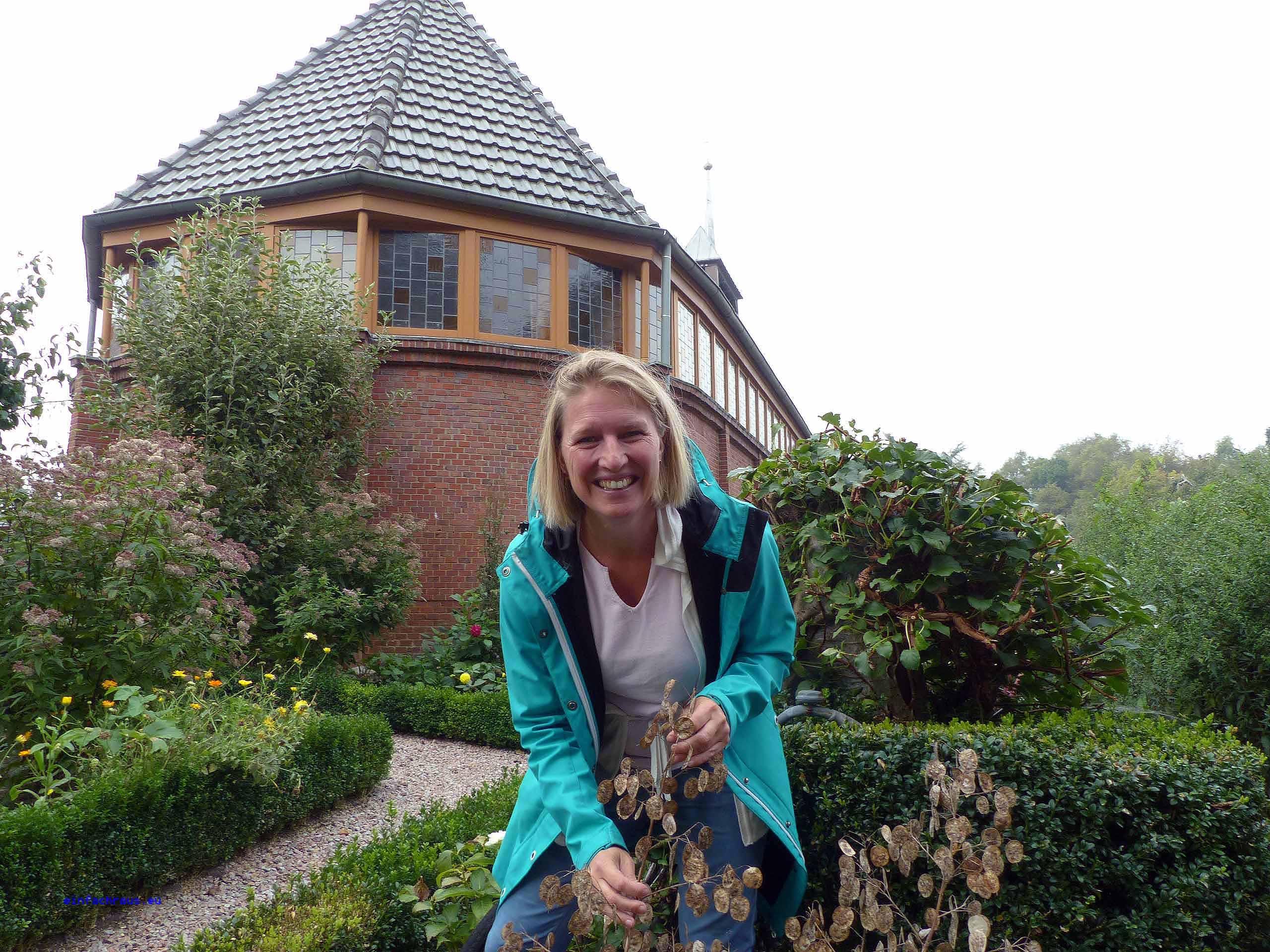 Dr. Silke Hirndorf kennt sich aus mit den Kräuter- und Bibelgärten im Emsland.